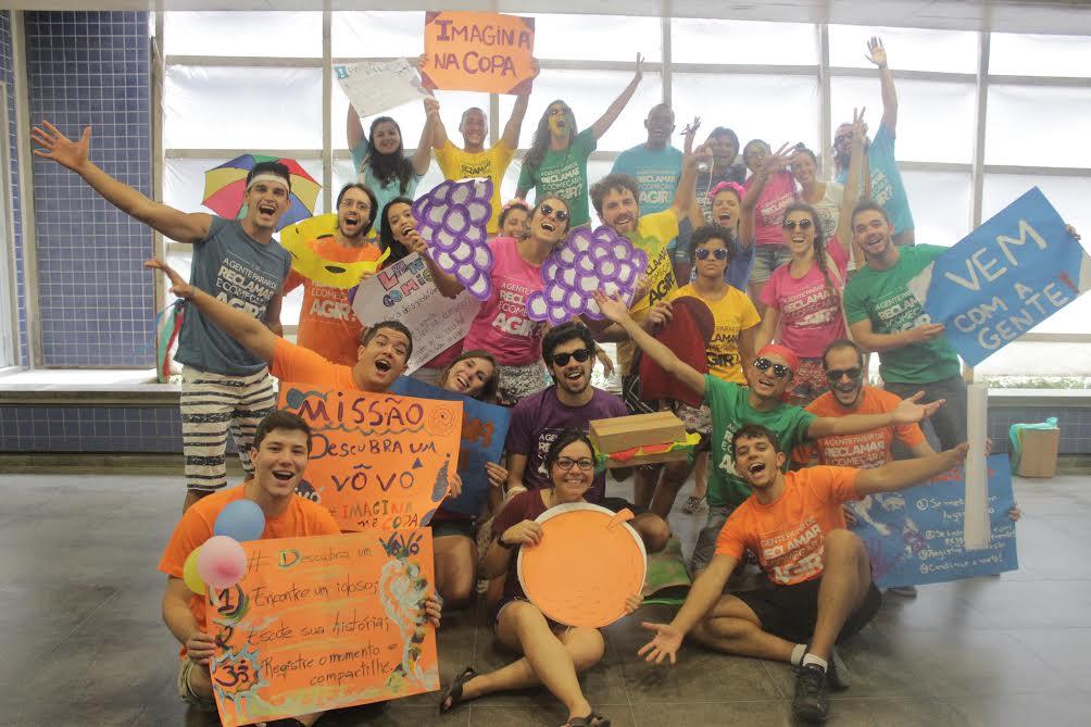 Grupo de voluntários do coletivo Imagina na Copa