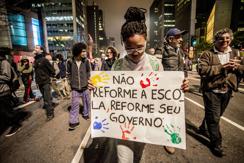 Estudantes protestam na Avenida Paulista contra a medida provisória que reforma o ensino médio (Foto Cris Faga/NurPhoto/APF)