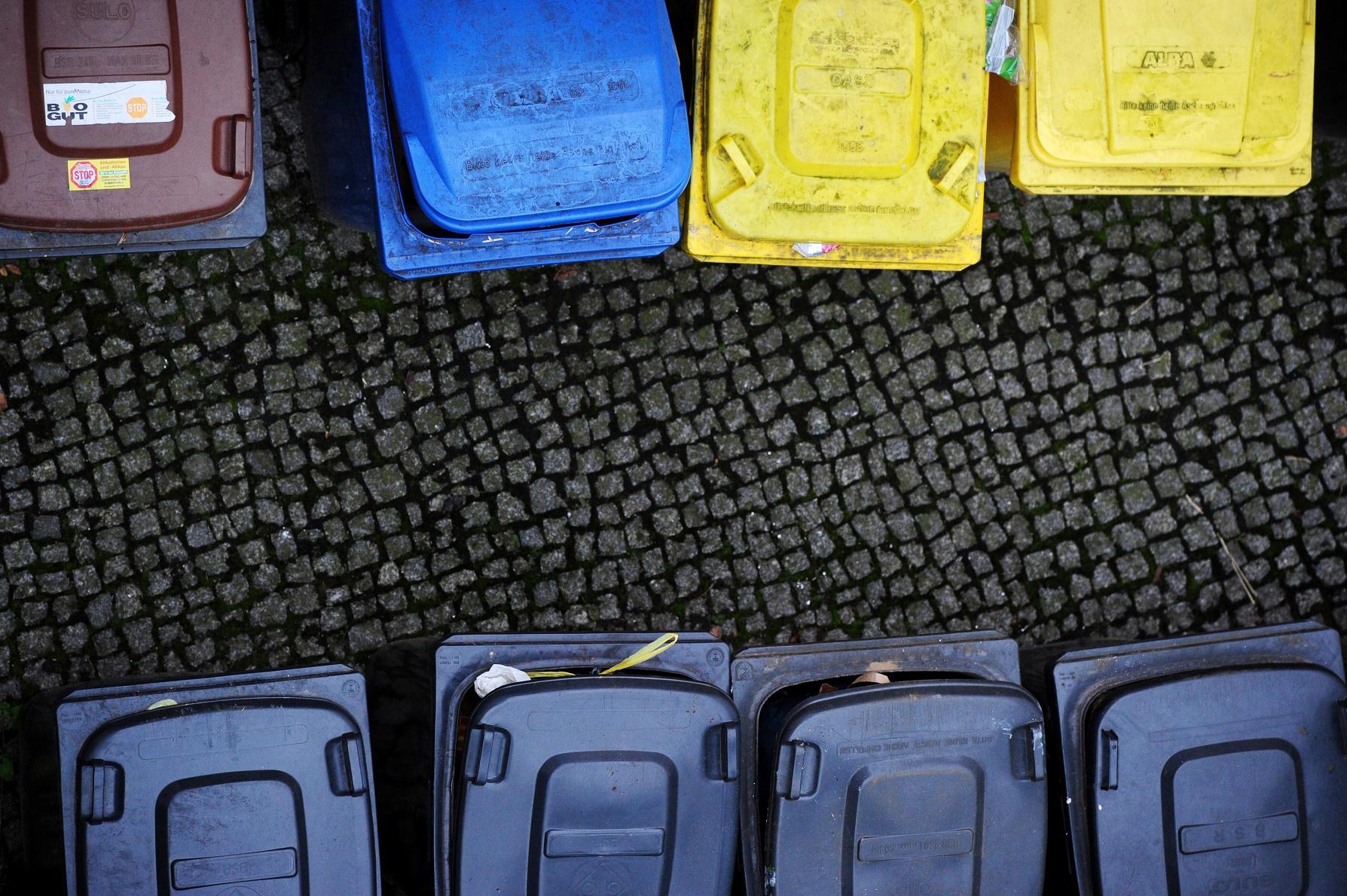 O sistema de separação funciona a partir de quatro recipientes de cores distintas: preto, azul, amarelo e marrom. Foto de Johannes Eisele/AFP