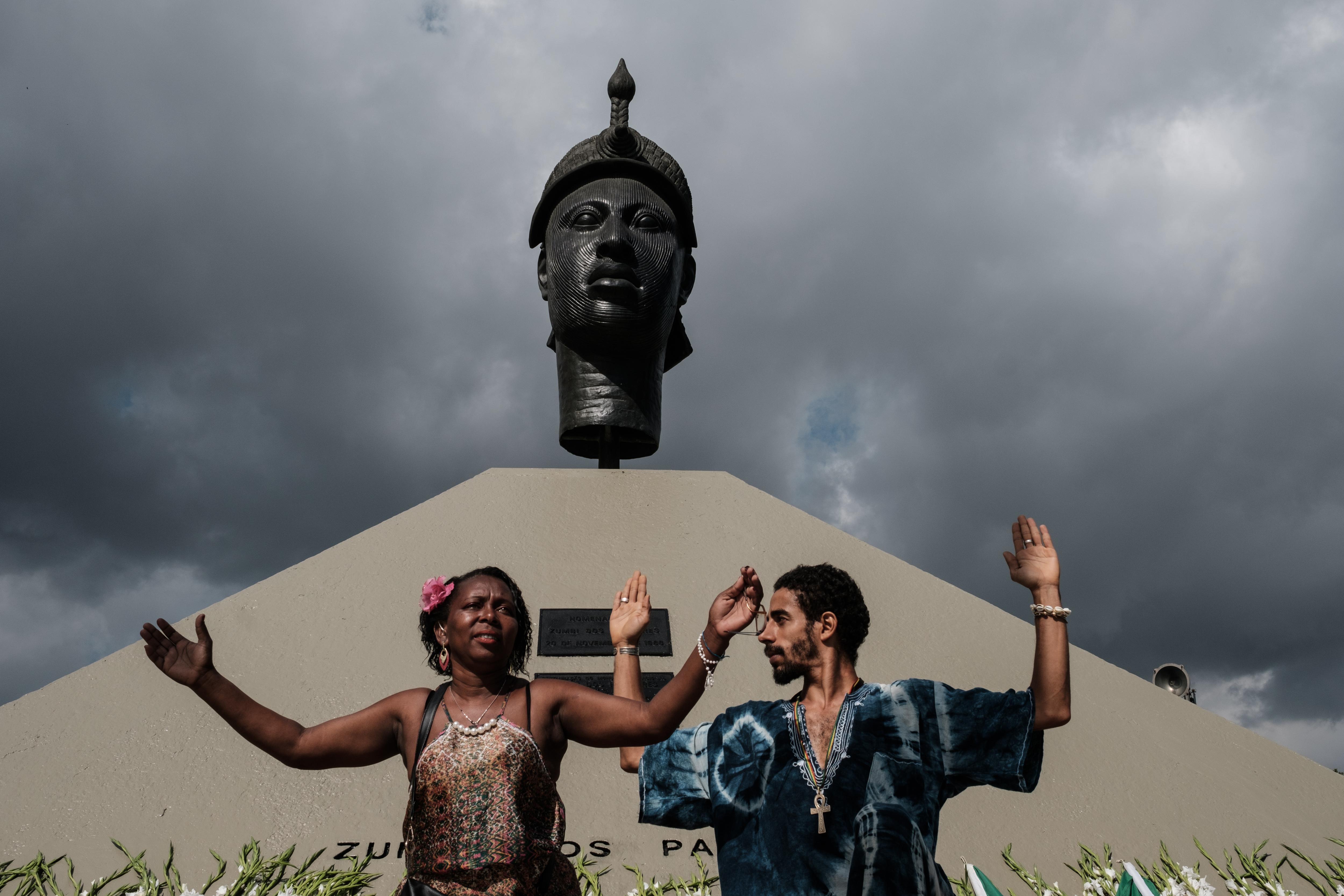 Homenagem ao Dia da Consciência Negra em frente ao monumento de Zumbi dos Palmares, no Rio de Janeiro (AFP / Yasuvoshi Chiba)