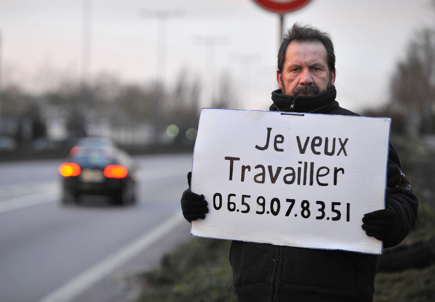 """O francês Gilles Latraye, de 57 anos, é um exemplo dos muitos jovens de 50 ou mais que buscam oportunidades: """"Eu quero trabalhar"""", diz o cartaz. Foto de Jean Christophe Verhaegen/AFP"""
