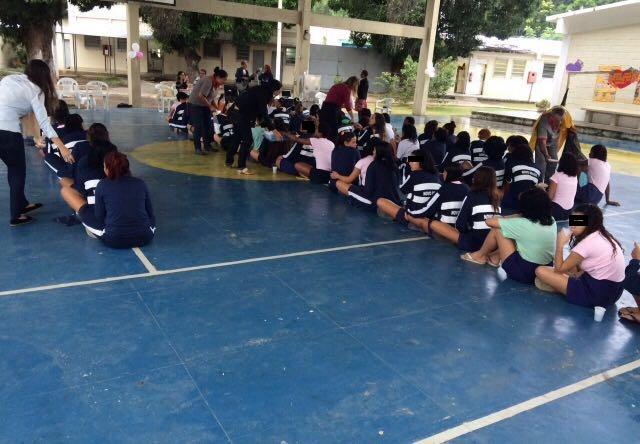 Presidiárias enfileiradas na quadra de futebol. Foto de Divulgação