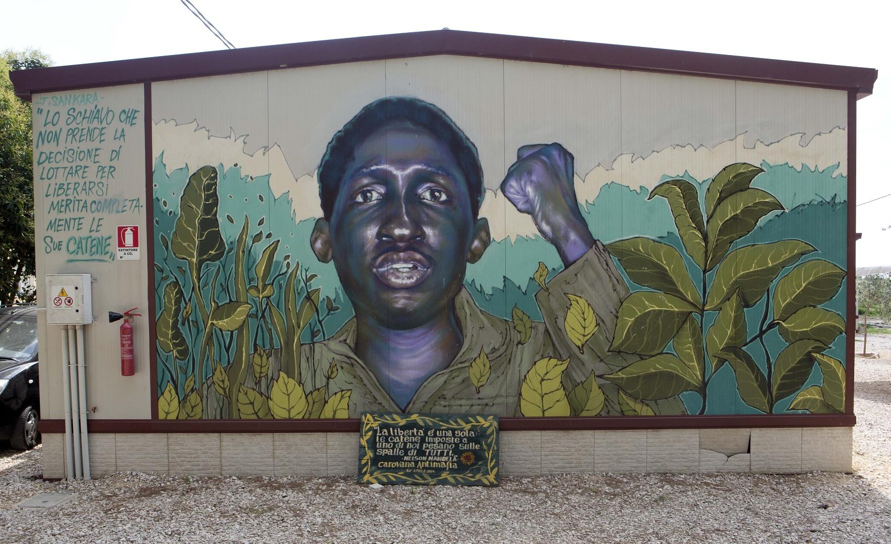 O mural com o rosto de Thomas Sankara, revolucionário africano, em frente à sede da associação Ghetto Out. Foto de Riccardo De Luca