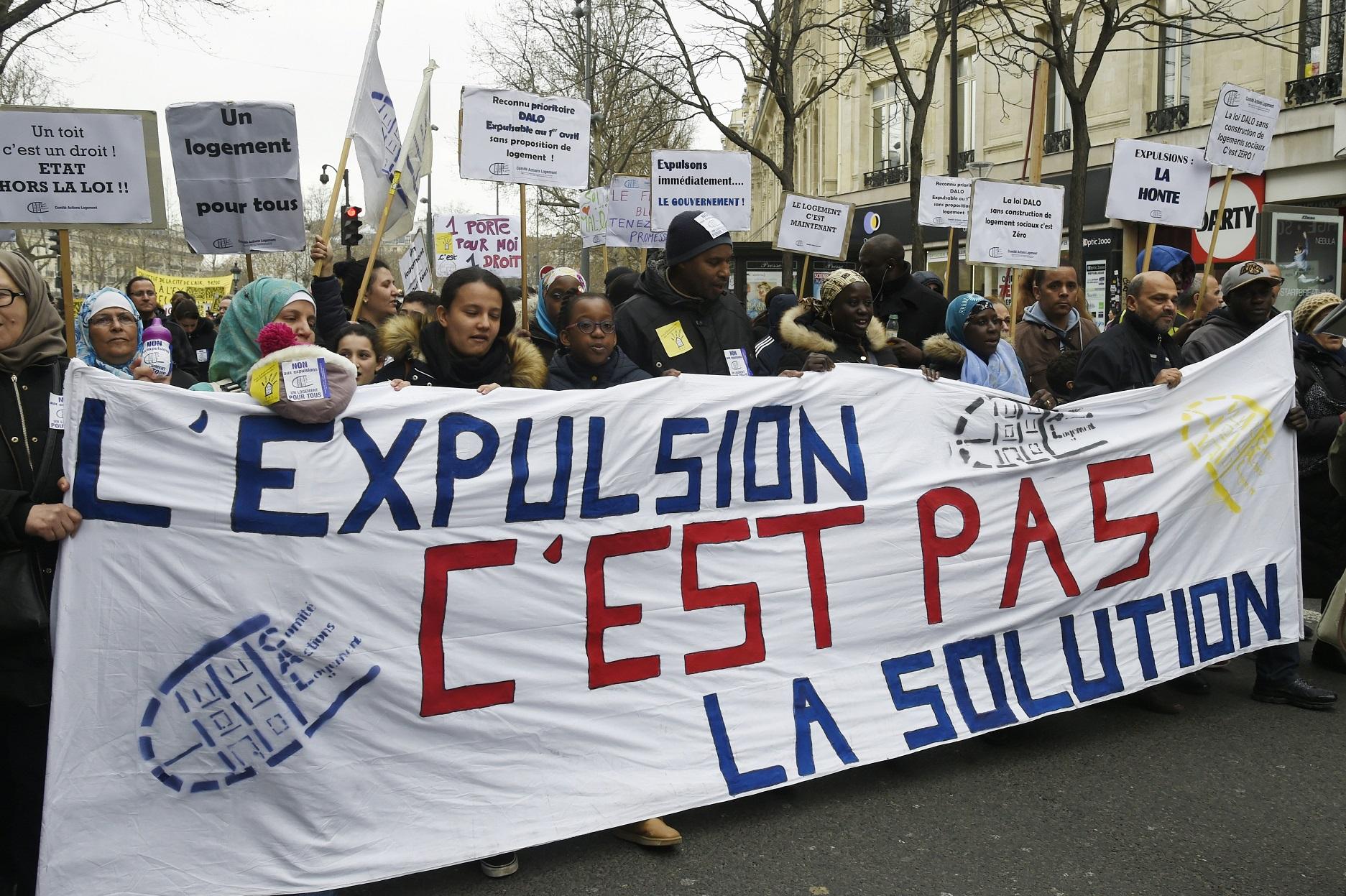 Manifestantes em Paris protestam contra os despejos na cidade. Só em 2015 foram mais de 60 mil. Foto de Dominique Faget/AFP