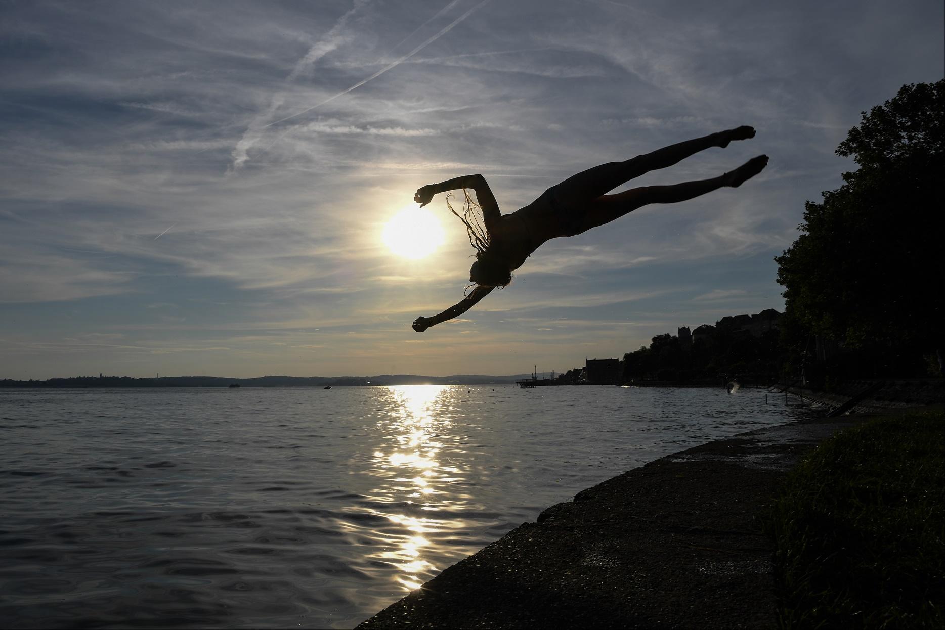 Um jovem merculha no belo e limpíssimo Lago Constança, no Sul da Alemanha. Foto Felix Kaestle/DPA