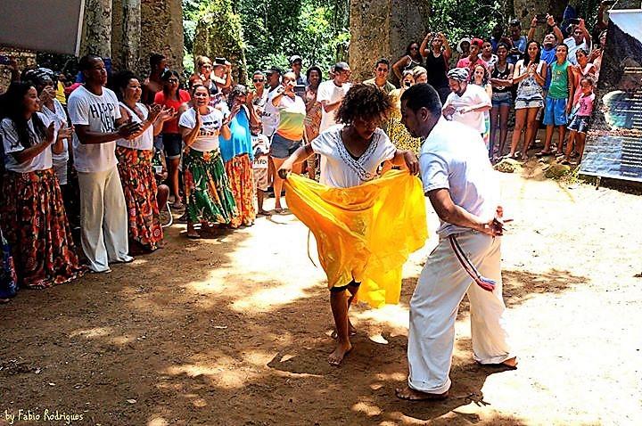 Quilombolas dançam, cercados por visitantes, fazendo fotos: cultura preservada. Foto de Fabio Rodrigues/divulgação