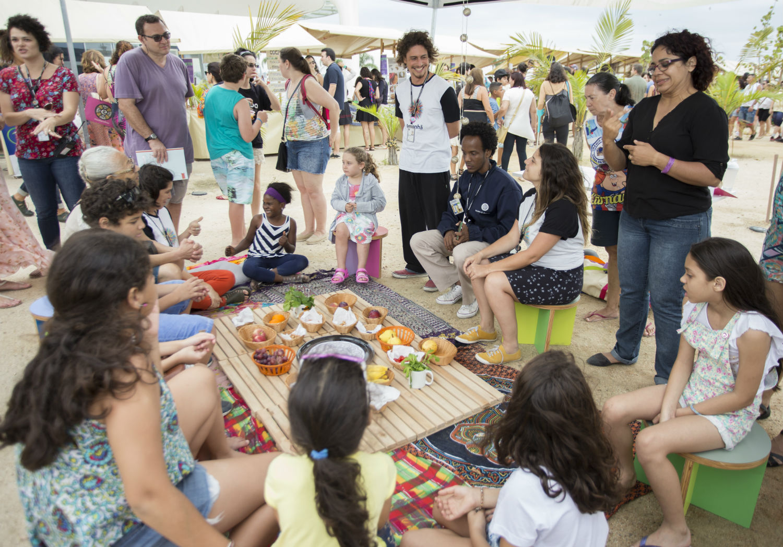 """Piquenique no evento """"O que vamos comer amanhã?"""" reuniu crianças e adultos (Foto Renee Rocha)"""