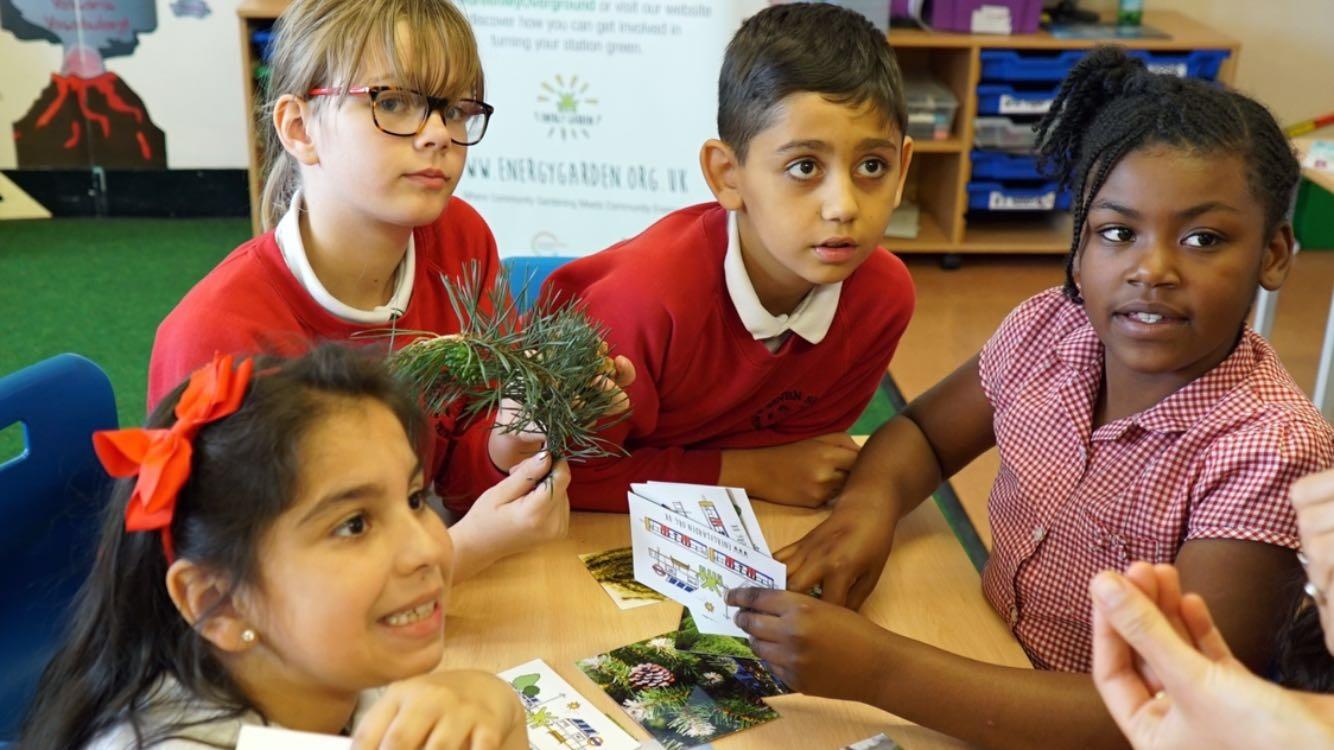 Crianças participam de workshop promovido pelo projeto Energy Garden. Foto de Divulgação