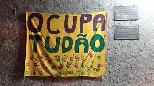 Faixa colorida numa das paredes do Colégio Pedro II: ocupação continua (Foto de Bibiana Maia)