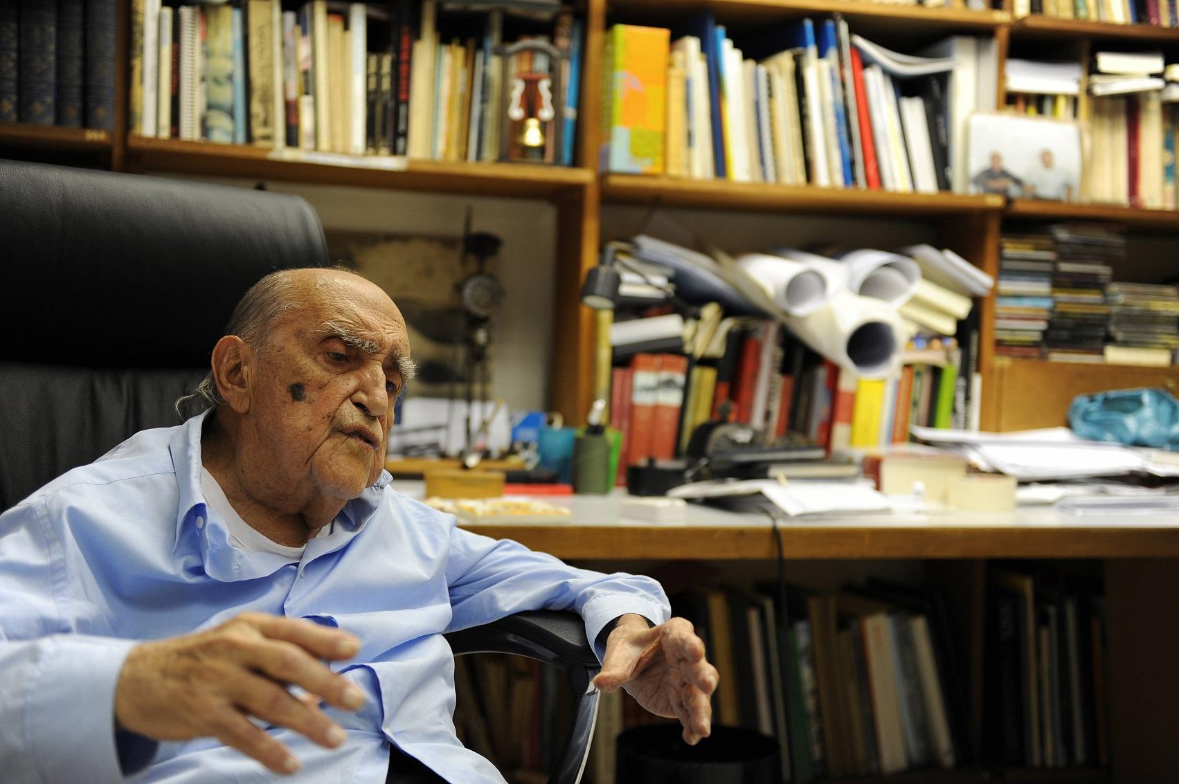 Oscar Niemeyer, em seu escritório, onde trabalhou normalmente até os cem anos de idade. Foto de Vanderlei Almeida/AFP