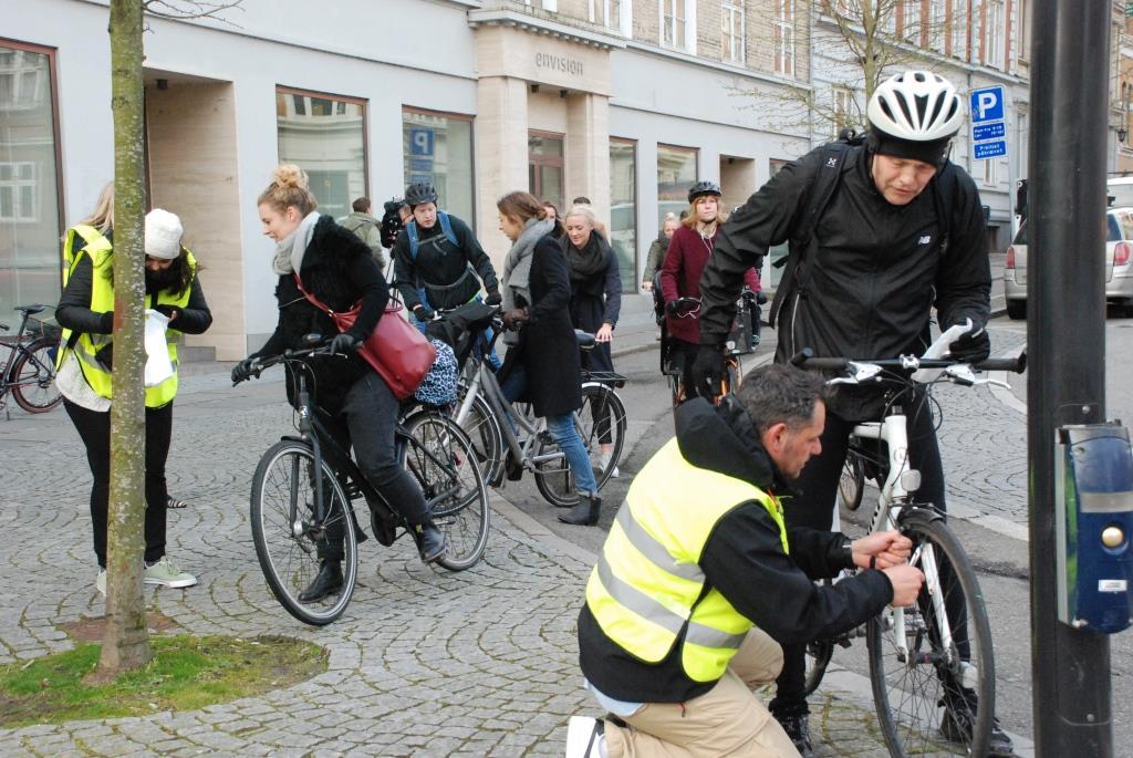 Ciclistas recebem dispositivo que torna o sinal verde