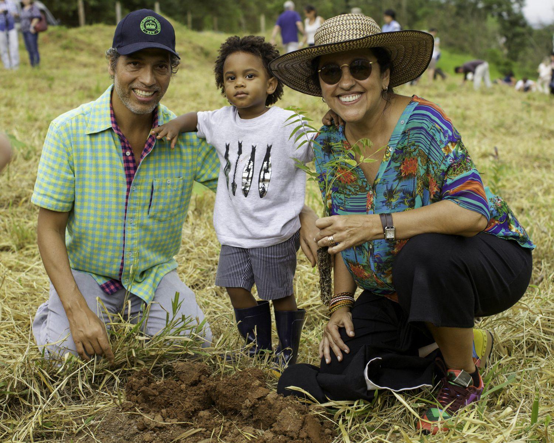 Família unida no reflorestamento: Estevão, Regina e o filho deles, Roque