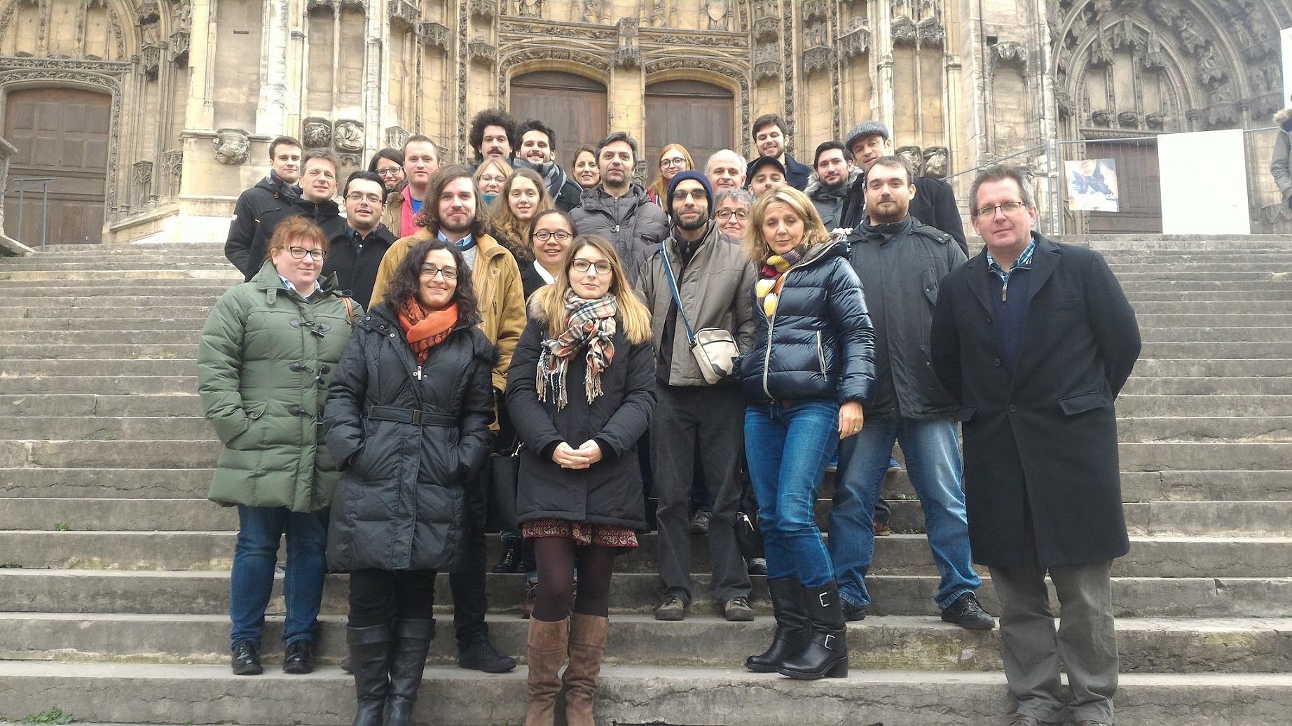 Físicos europeus posam para a foto junto com Adlène Hicheur (de gorro ao centro) durante o evento, em Vienne, no último dia 13 de dezembro. Foto de amigos