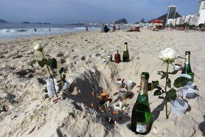 As garrafas de bebidas são os resíduos mais comuns, mas há também grande quantidade de flores, velas e vidros de perfume
