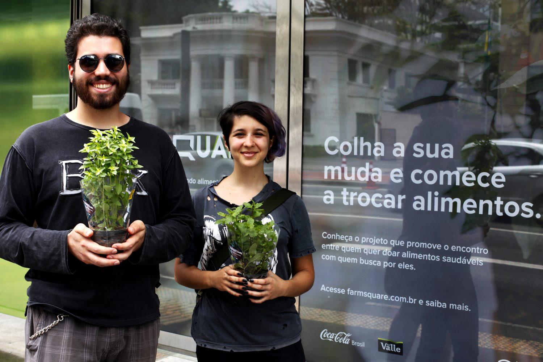 O casal Hugo Szazg e Júlia Szabó pretende começar uma horta no apartamento (Foto: Rodrigo Peixoto/Coca-Cola Brasil)