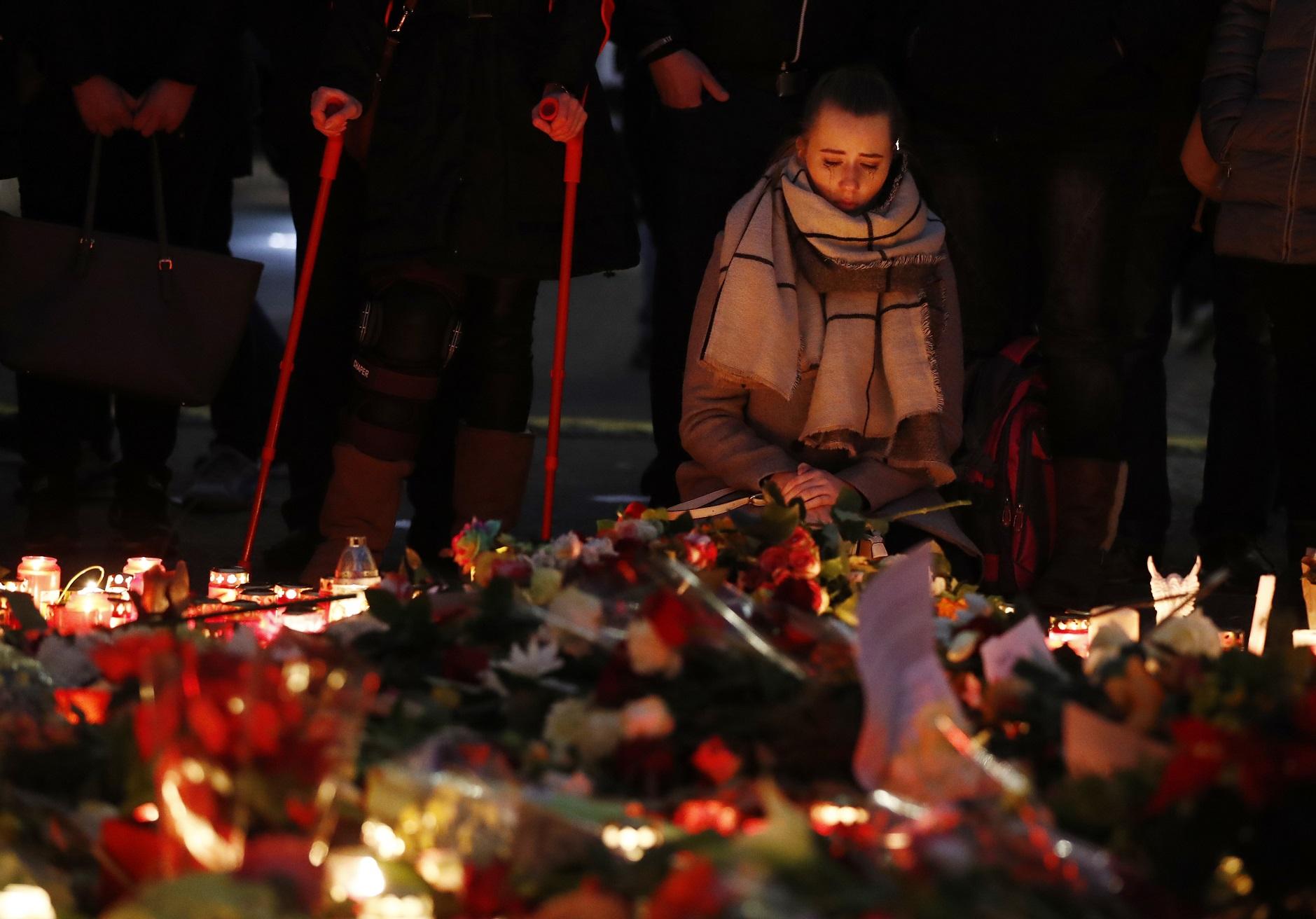 Mulher chora pelas vítimas do atentado em Berlim. Foto Odd Andersen/AFP