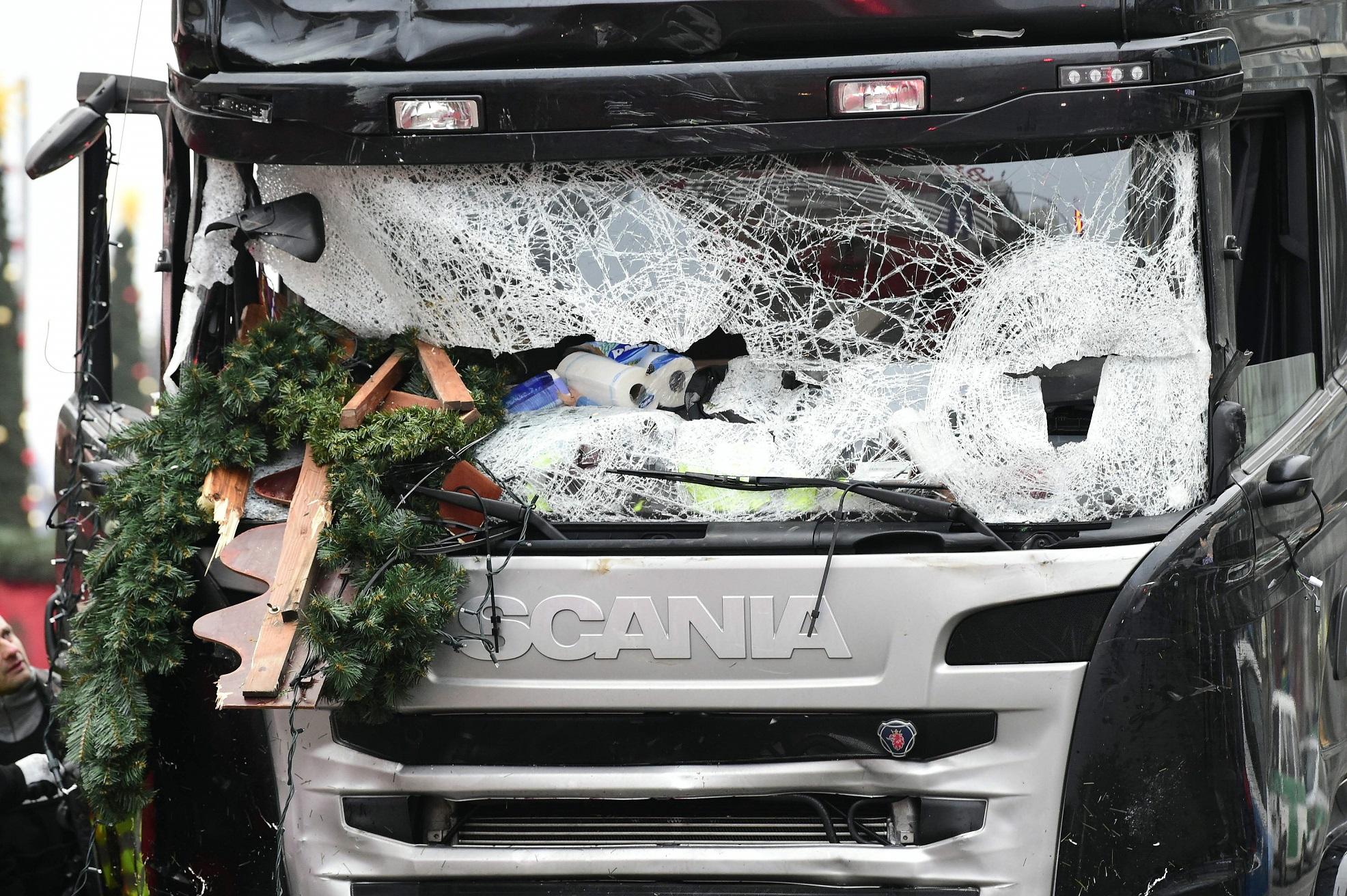 Imagem do caminhão usado no ato que destruiu um dos mercados de Natal de Berlim. Foto de Tobias Schwarz