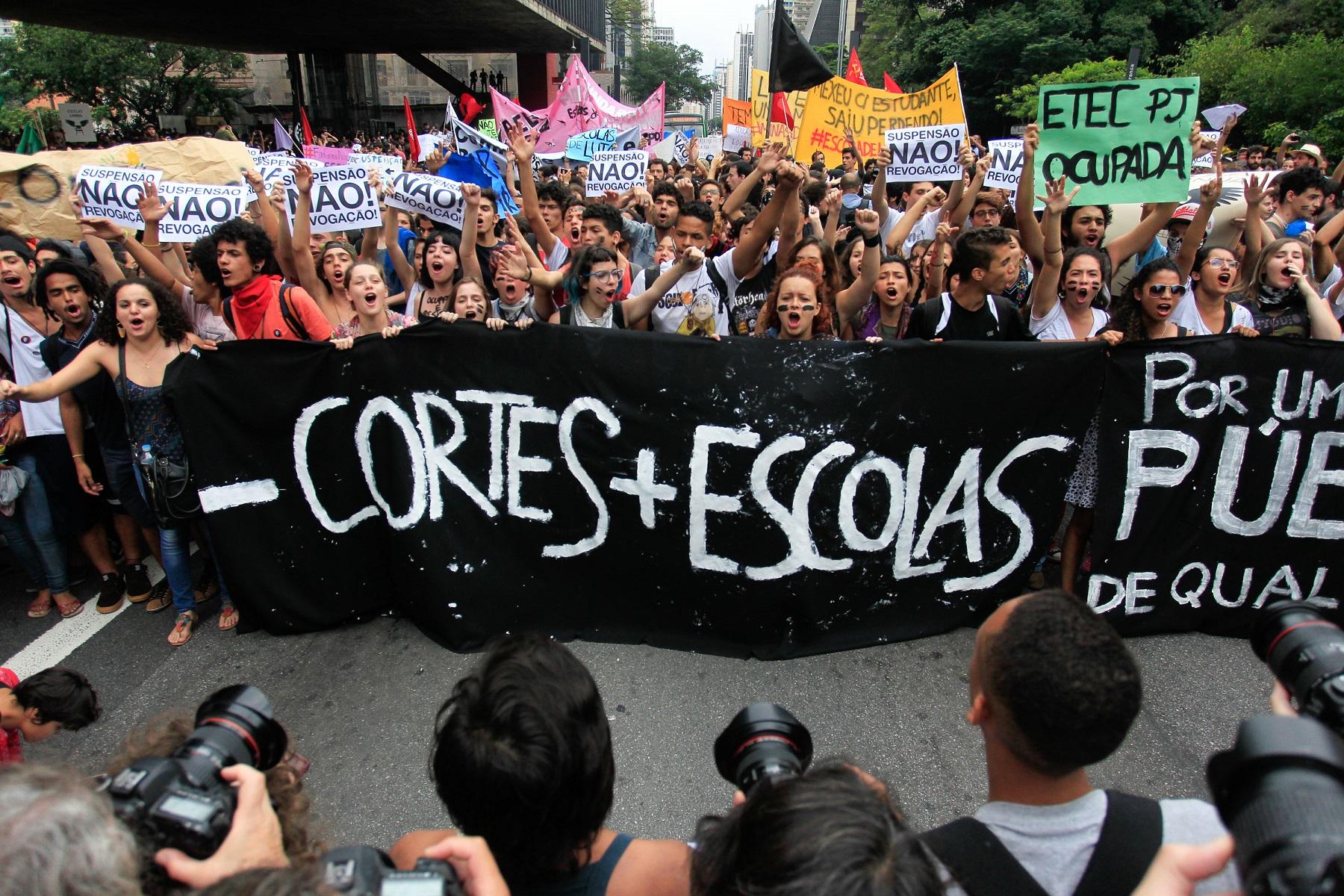 Protesto de estudantes em São Paulo contra o corte de verbas para a educação. Foto de Douglas Pingturo/Brazil Photo Press