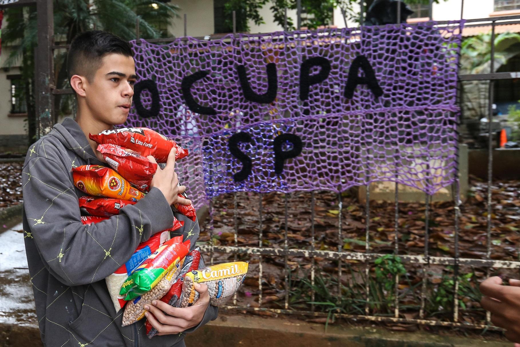 Estudante chega com mantimentos durante uma ocupação de escola em Pinheiros, São Paulo. Foto de Vanessa Carvalho/Brazil Photo Press
