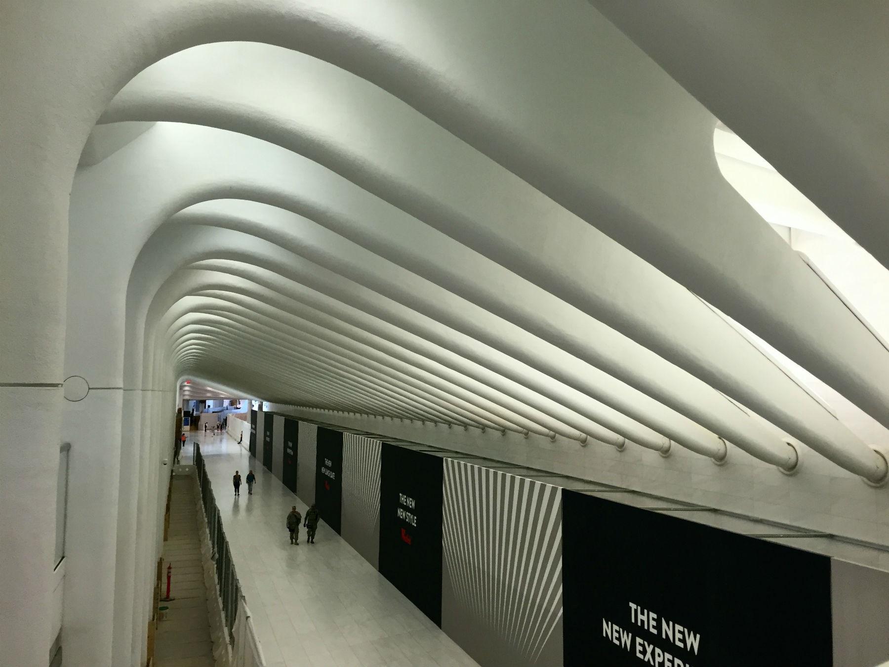 O interior de um dos acessos ao novo hub de transporte de Lower Manhattan, projetado por Santiago Calatrava. Foto de Carla Lencastre