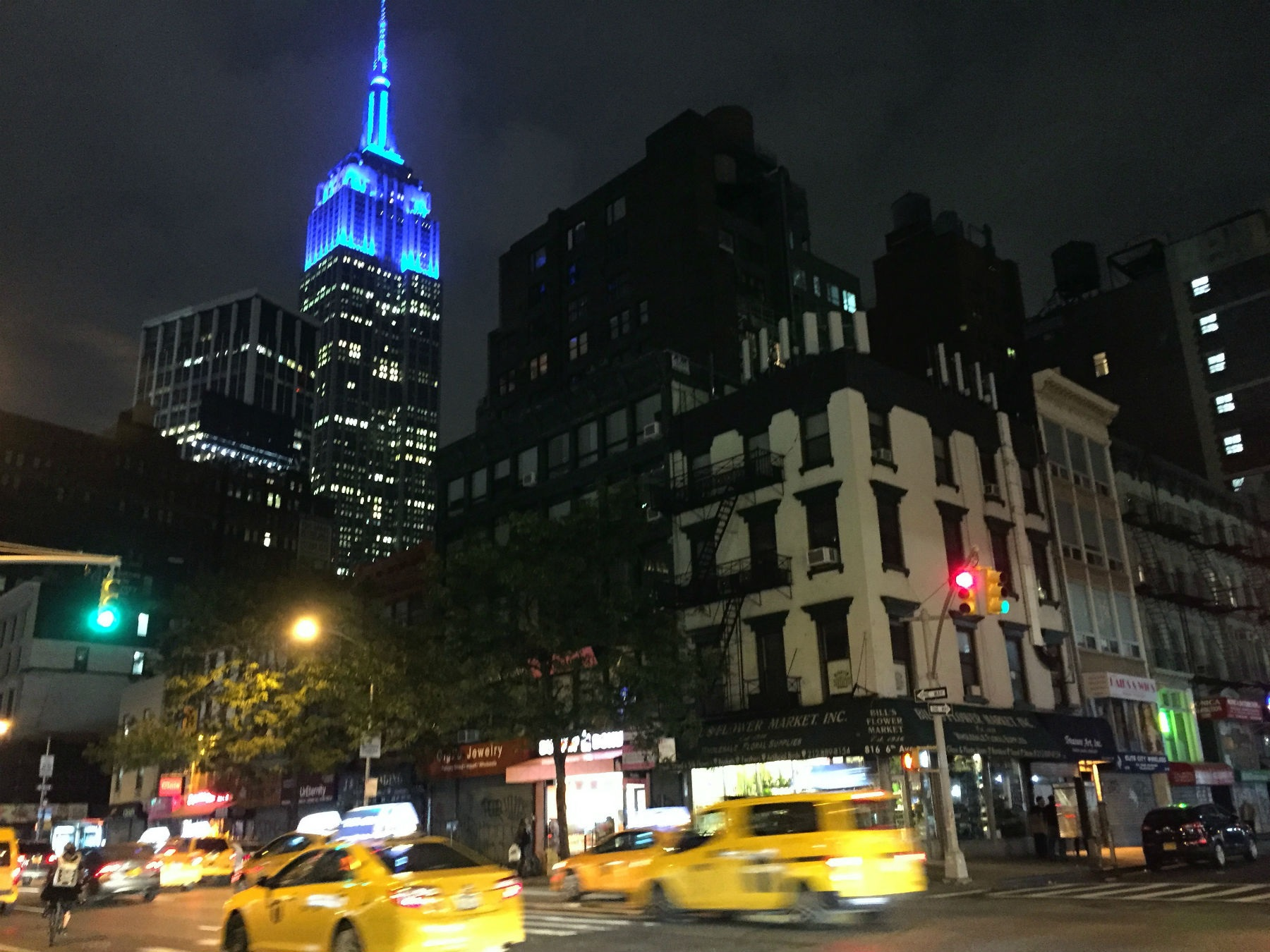 As 1.200 lâmpadas LED do Empire State Building foram instaladas há quatro anos e iluminam intensamente a antena no topo da torre. Foto Carla Lencastre