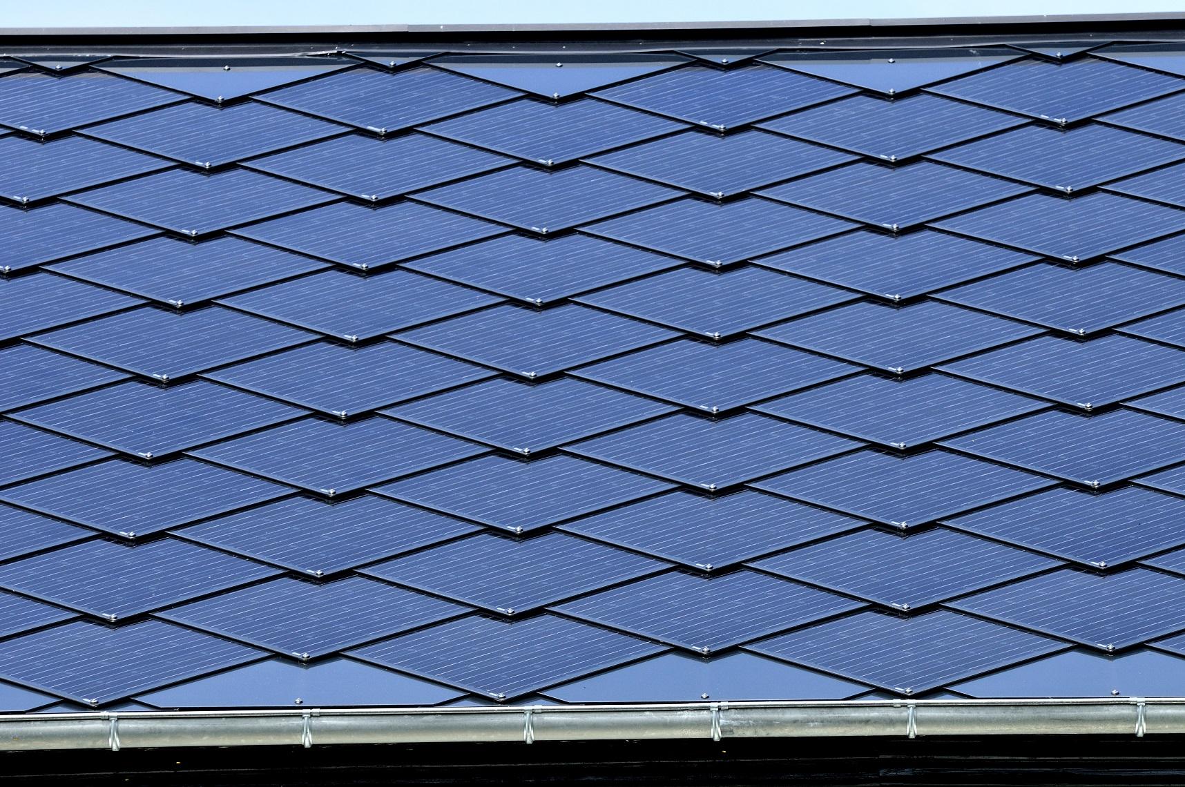 A Tesla Motors promete revolucionar a produção de automóveis e de energia, ao construir telhados solares que dobrem as funções dos painéis atuais. Biosphoto / Denis Bringard