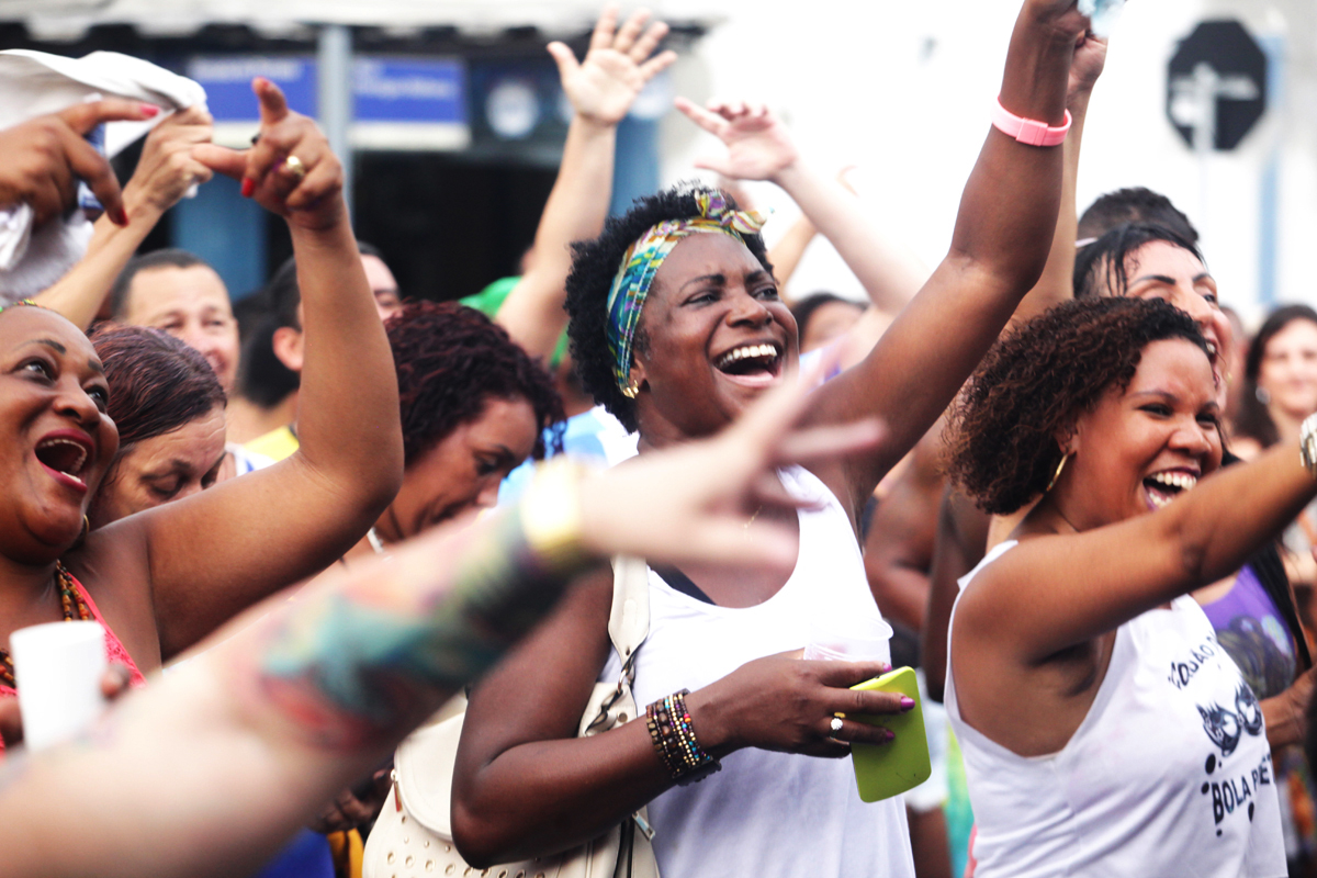 Estômago satisfeito, o provo samba na Feira das Yabás, sempre no segundo domingo do mês (Foto Berg Silva)