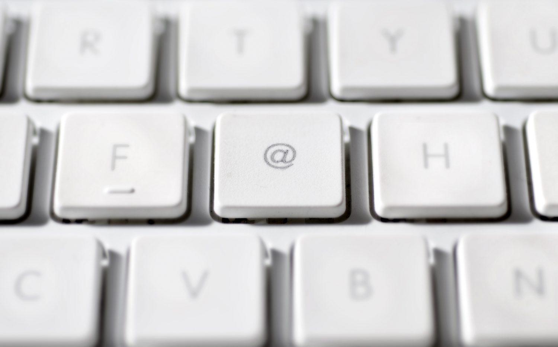 O símbolo de 'arroba' que tomou conta de teclados para facilitar o uso do e-mail (Ilustração: Neville Mountford-Hoare / AltoPress / PhotoAlto)