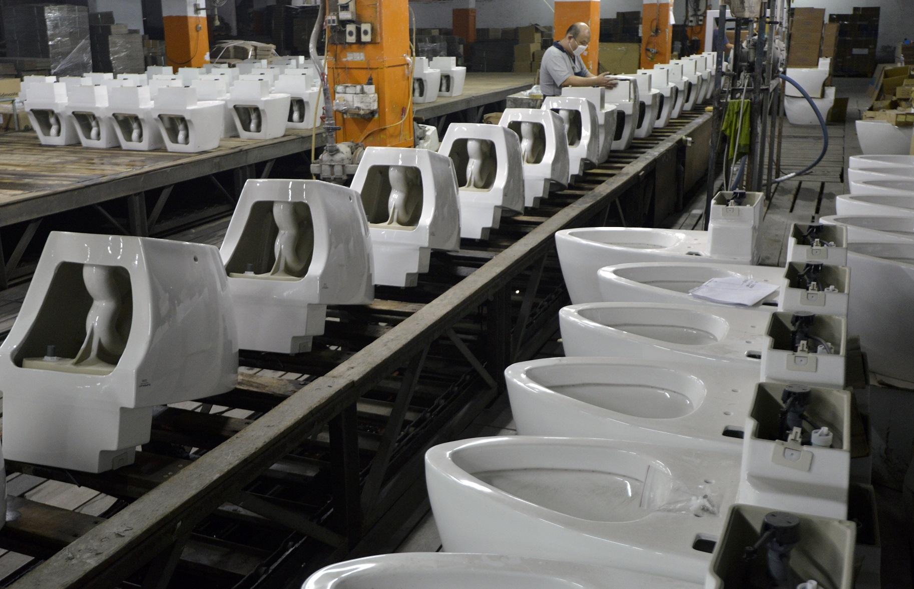 Fábrica de vasos sanitários em Taiwan. Foto de Sam Yeh/AFP