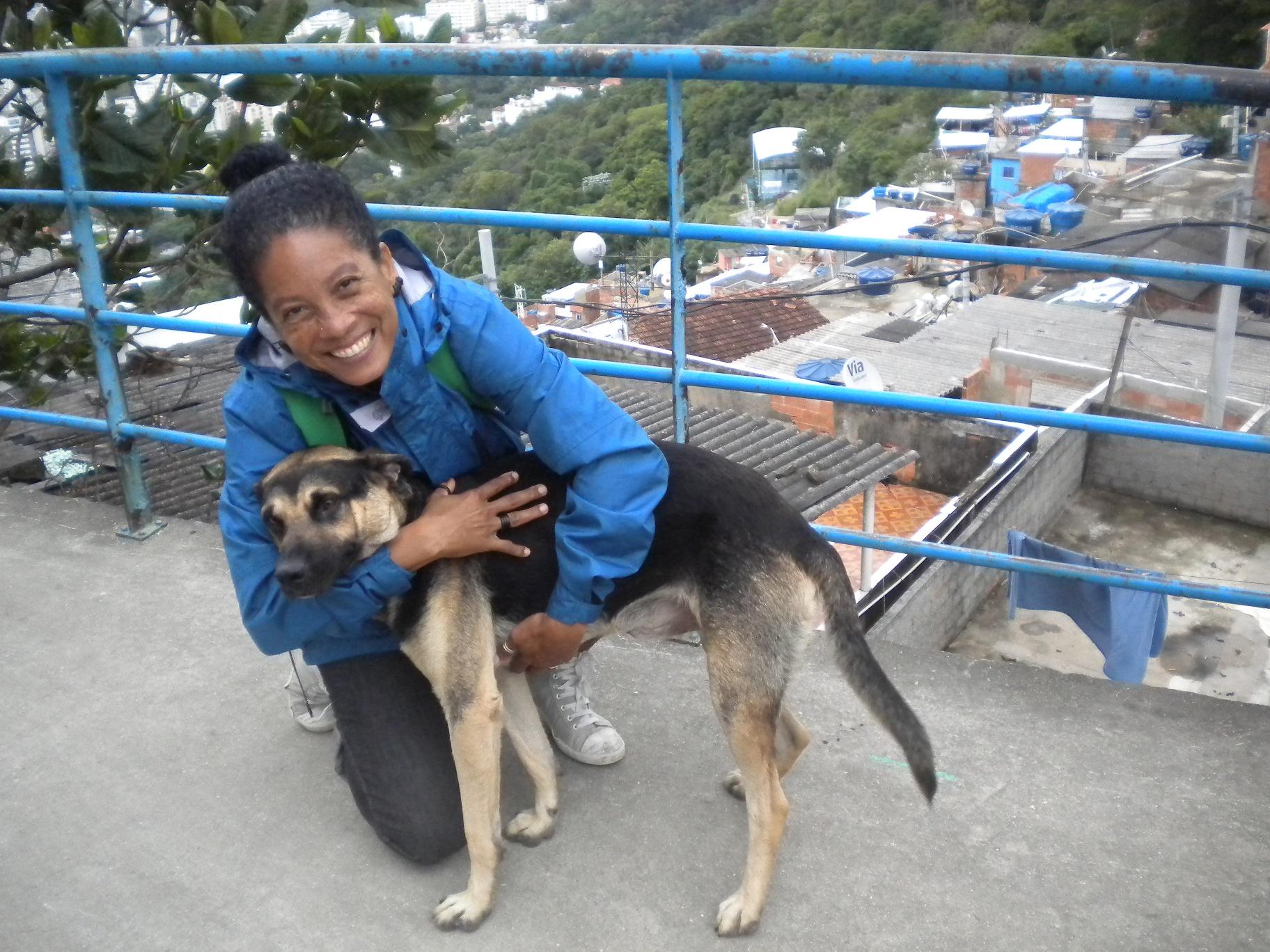 Nascida e criada no Santa Marta, Sheila Souza é ativista social, graduada em turismo e fala três línguas. Foto de Elizabeth Oliveira
