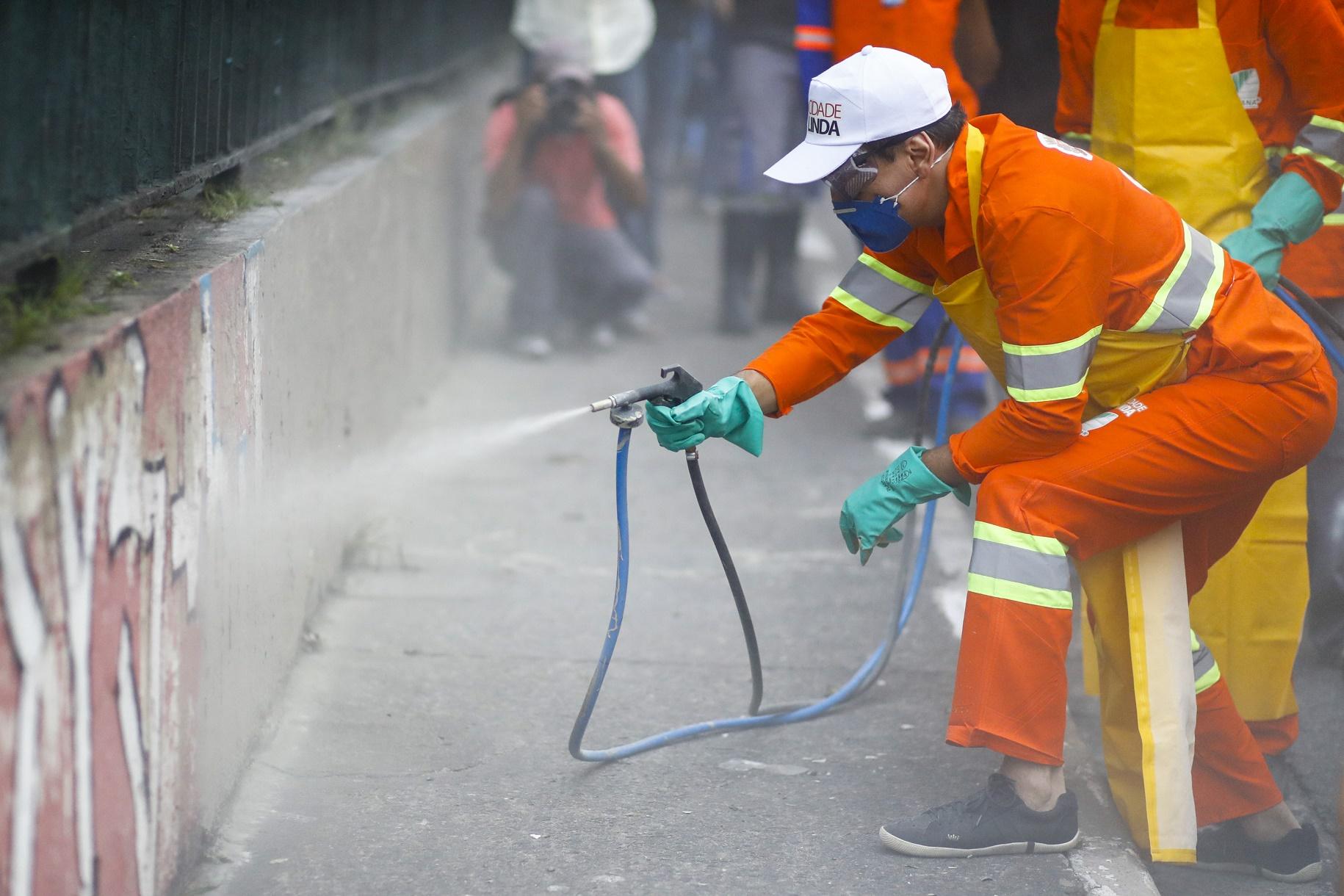 O prefeito João Dória apaga, pessoalmente, parte dos grafites da Avenida 23 de maio , em São Paulo. Foto de Suamy Beydoun/AGIF