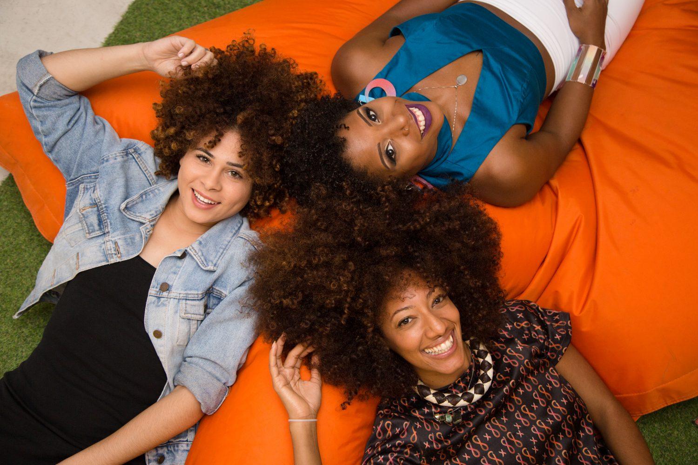 Cabelo é poder: Letícia, Luna e Andressa se libertaram do padrão de beleza 'liso' (Foto: Zô Guimarães)