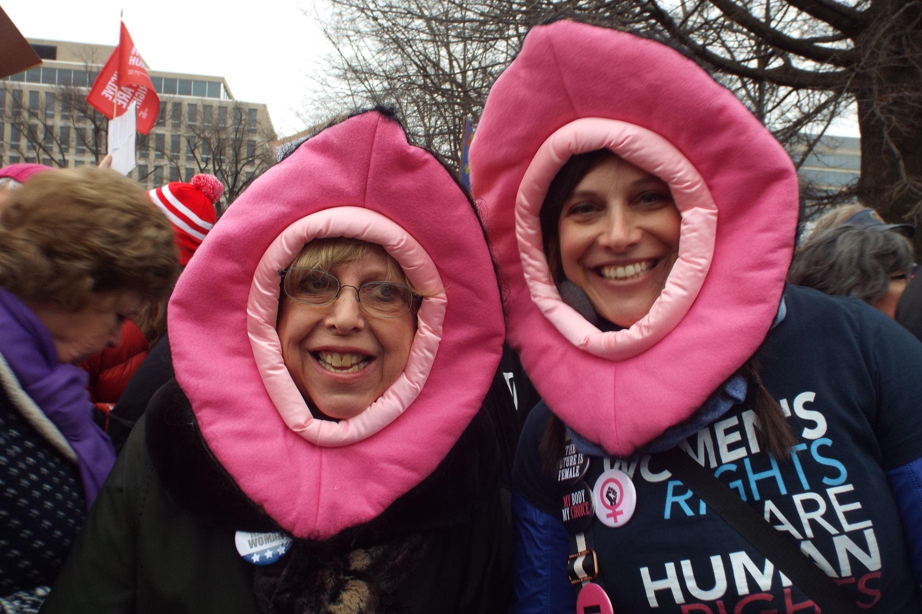 Mãe e filha vestidas de vagina na manifestação. Foto de Manuela Andreoni