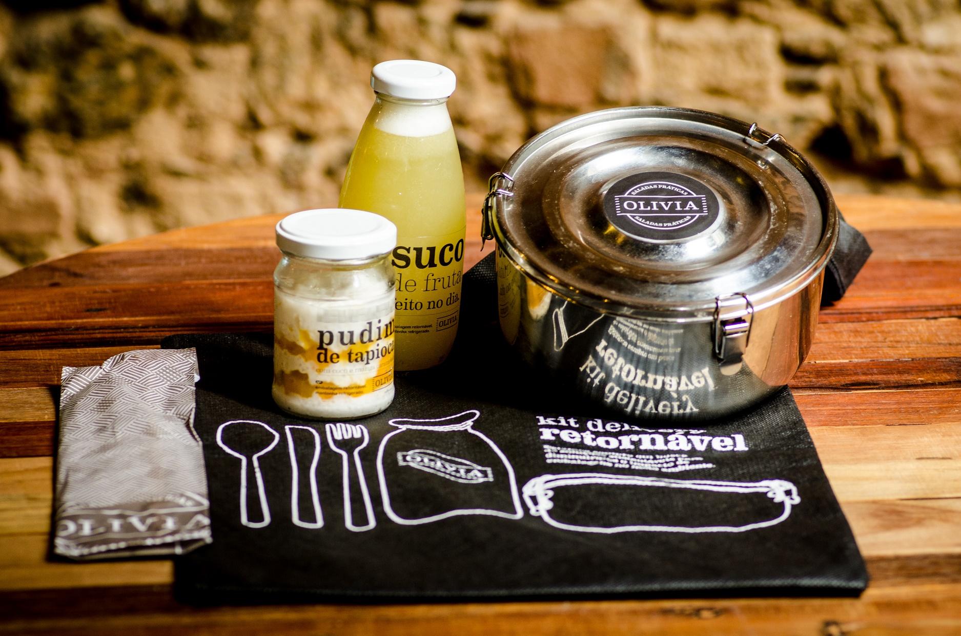 Quem quiser levar a comida para o escritório tem como única alternativa a compra de marmitas feitas de metal e vendidas por R$ 20 no restaurante. Foto de Jorge Otávio