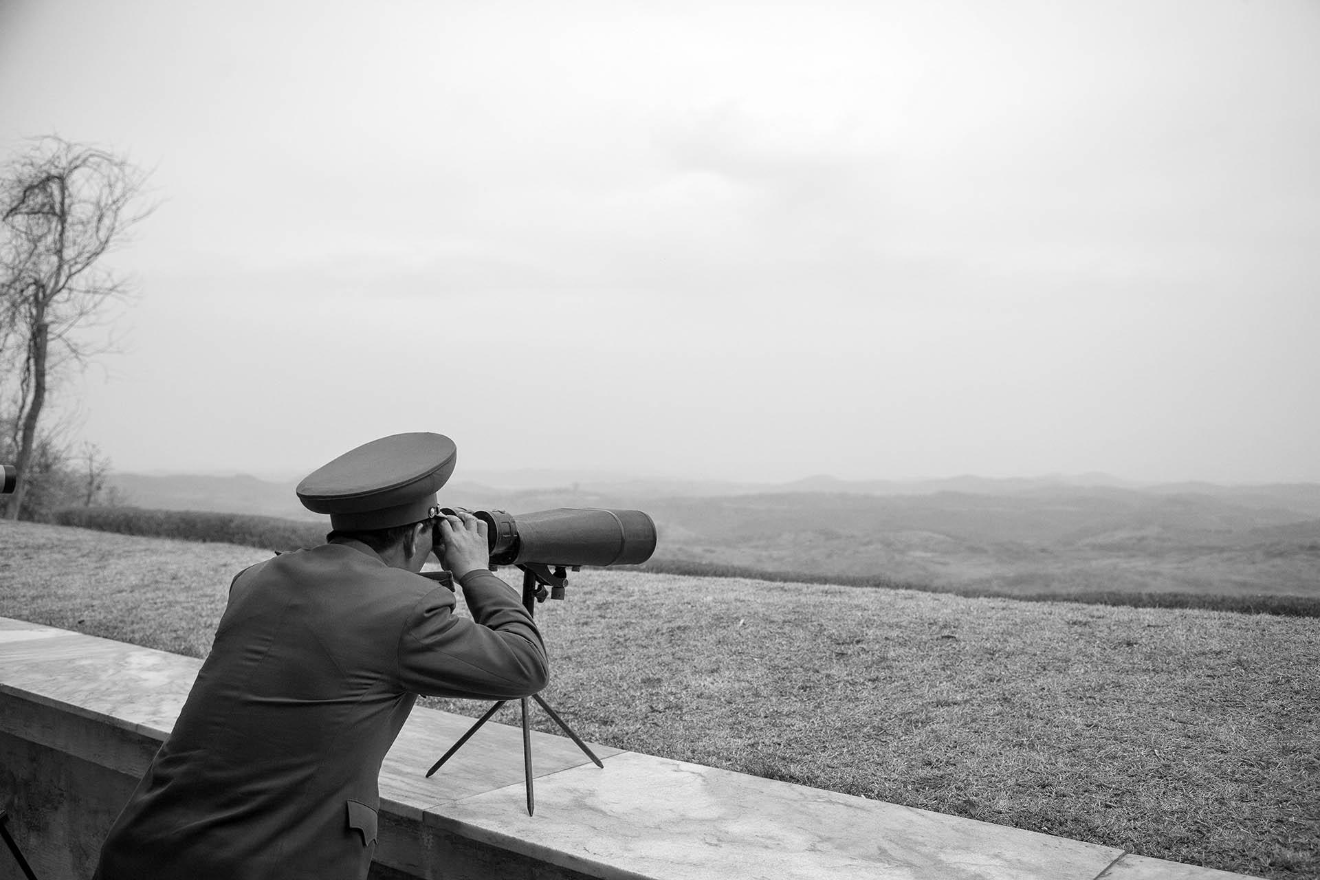 Soldado em vigília na Coreia do Norte. Qualquer semelhança é mera coincidência. Foto de Leo Aversa.