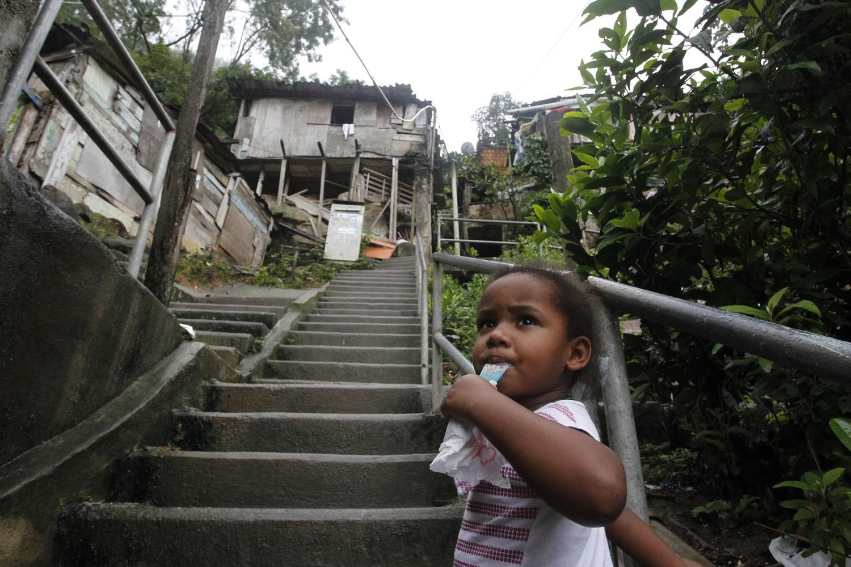 Casa pendurada no Dona Marta, Zona Sul do Rio. A proximidade do trabalho é uma das razões para continuar correndo risco. Foto de Custódio Coimbra