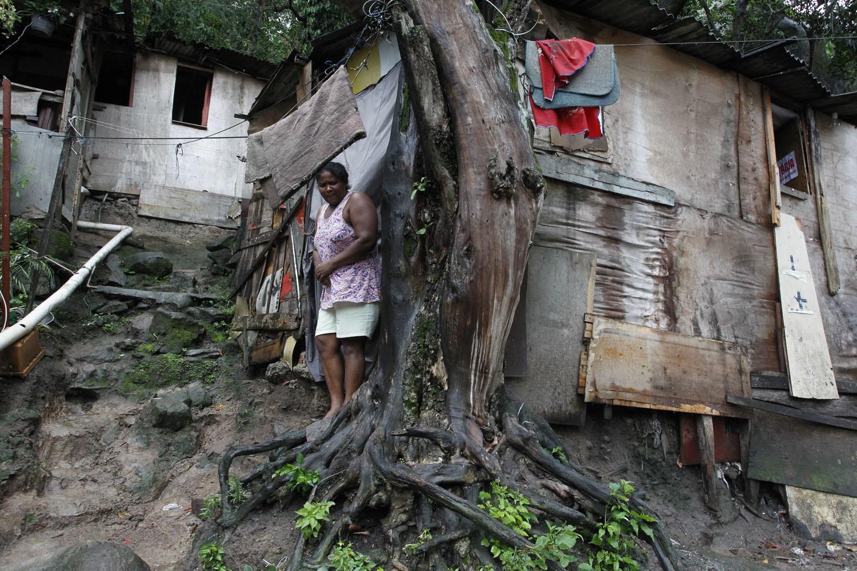 No morro dos Macacos, no Grajaú, uma árvore ajuda a segurar a casa da moradora. Foto de Custódio Coimbra
