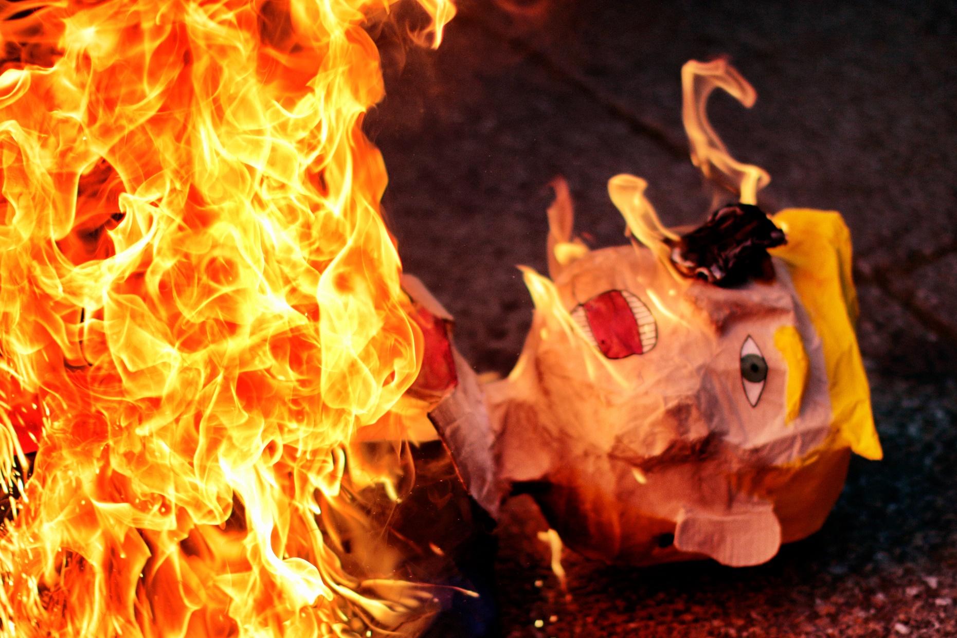 Boneco com a imagem de Trump é queimado no México em protesto contra a posse do presidente. Foto de Pedro Pardo
