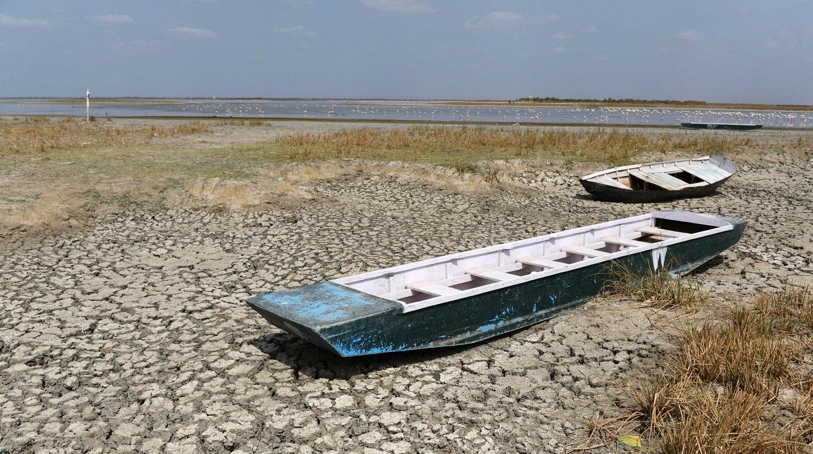 Barcos de turistas encalhados na Índia por conta da seca. Foto de Sam Panthaky/AFP