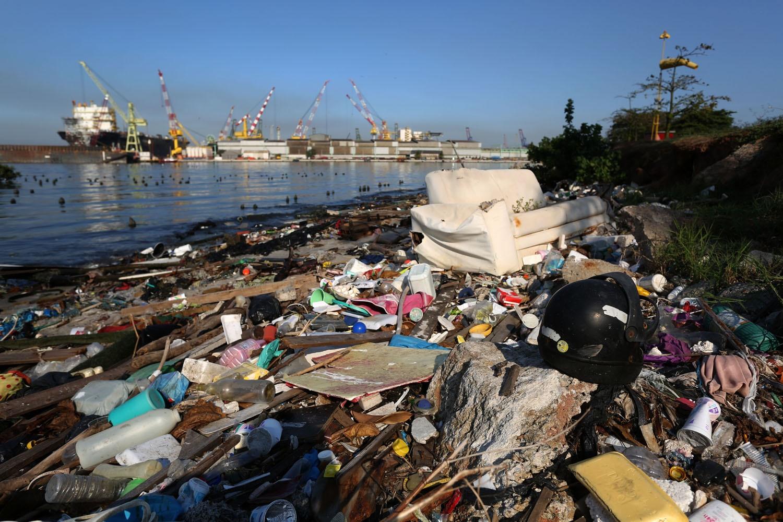 Lixo acumulado na praia do Catalão, próximo ao Parque Tecnológico do Fundão. Foto de Custódio Coimbra