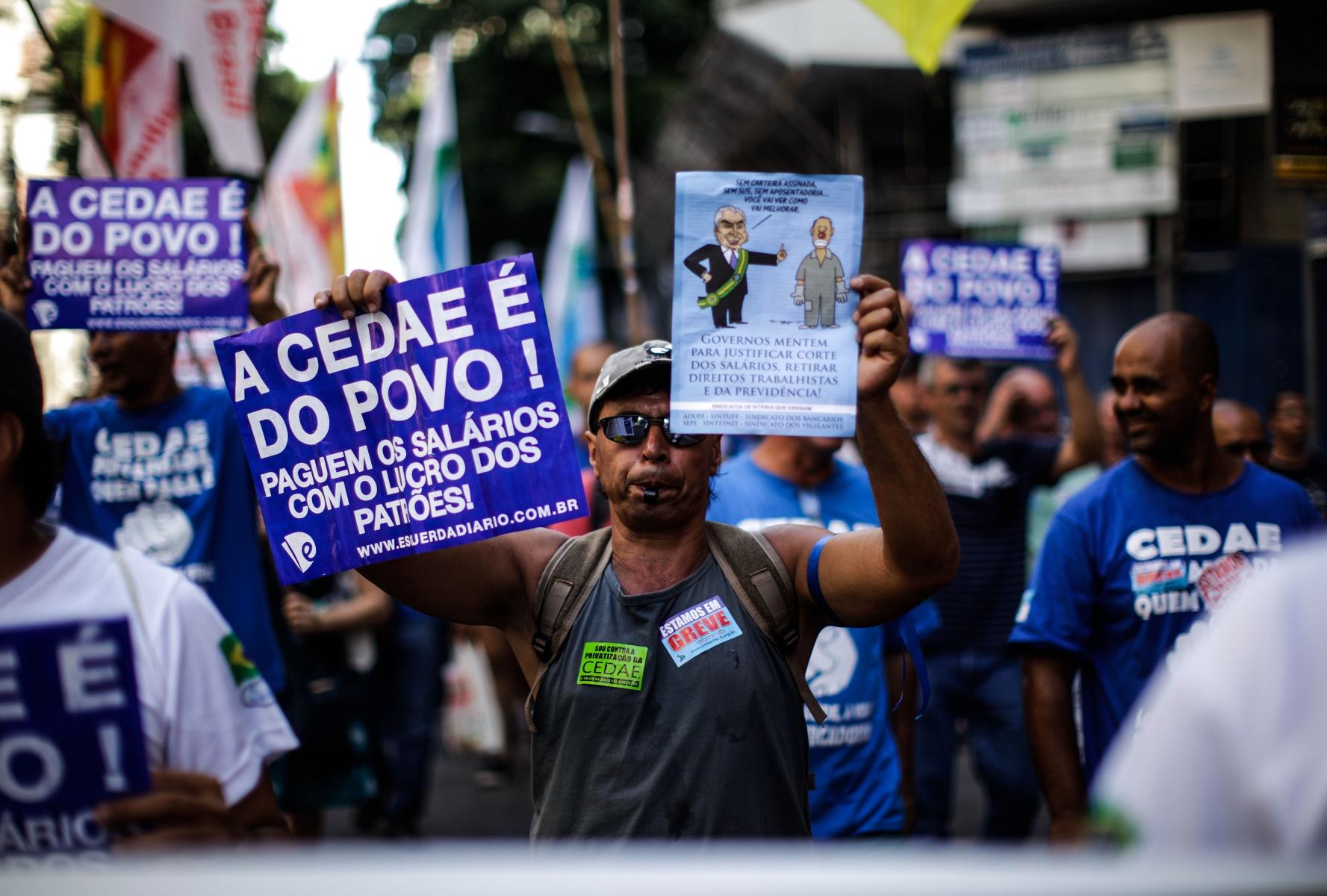 Manifestantes protestam contra a venda da Cedae, no Centro do Rio. Foto de Alex Ribeiro/AGIF
