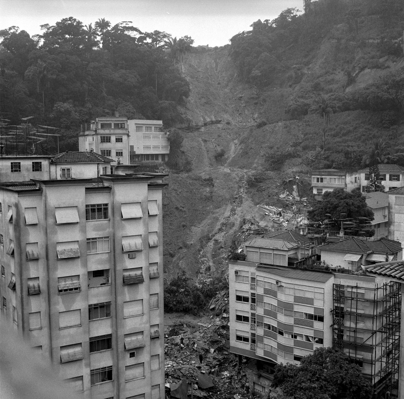 Há 50 anos, a tragédia vista da General Glicério. Uma pedra imensa rolou, derrubou uma casa, dois prédios e deixou 120 mortos. Foto Agência Globo
