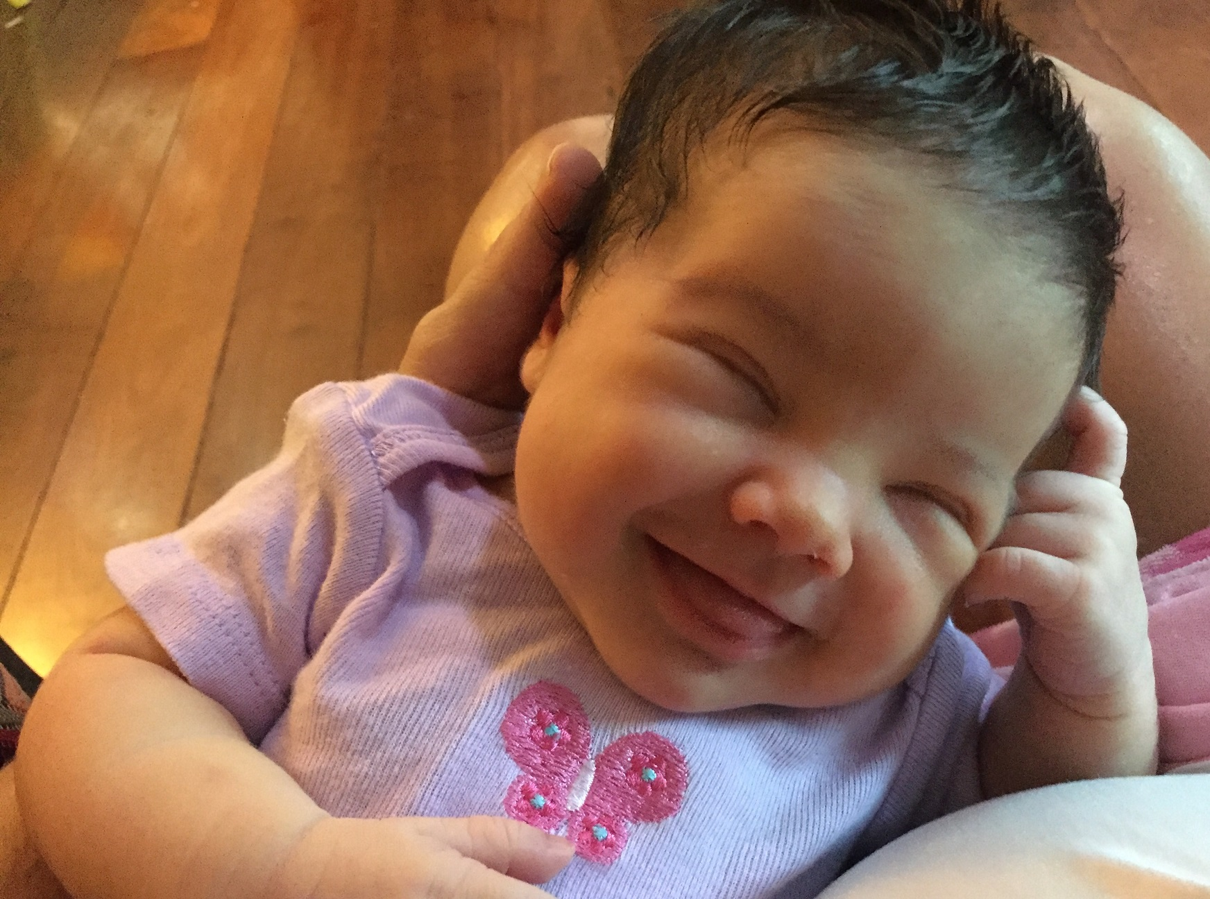 A sorridente Maria Flor, naturalmente feliz. Foto de Marcela Poli