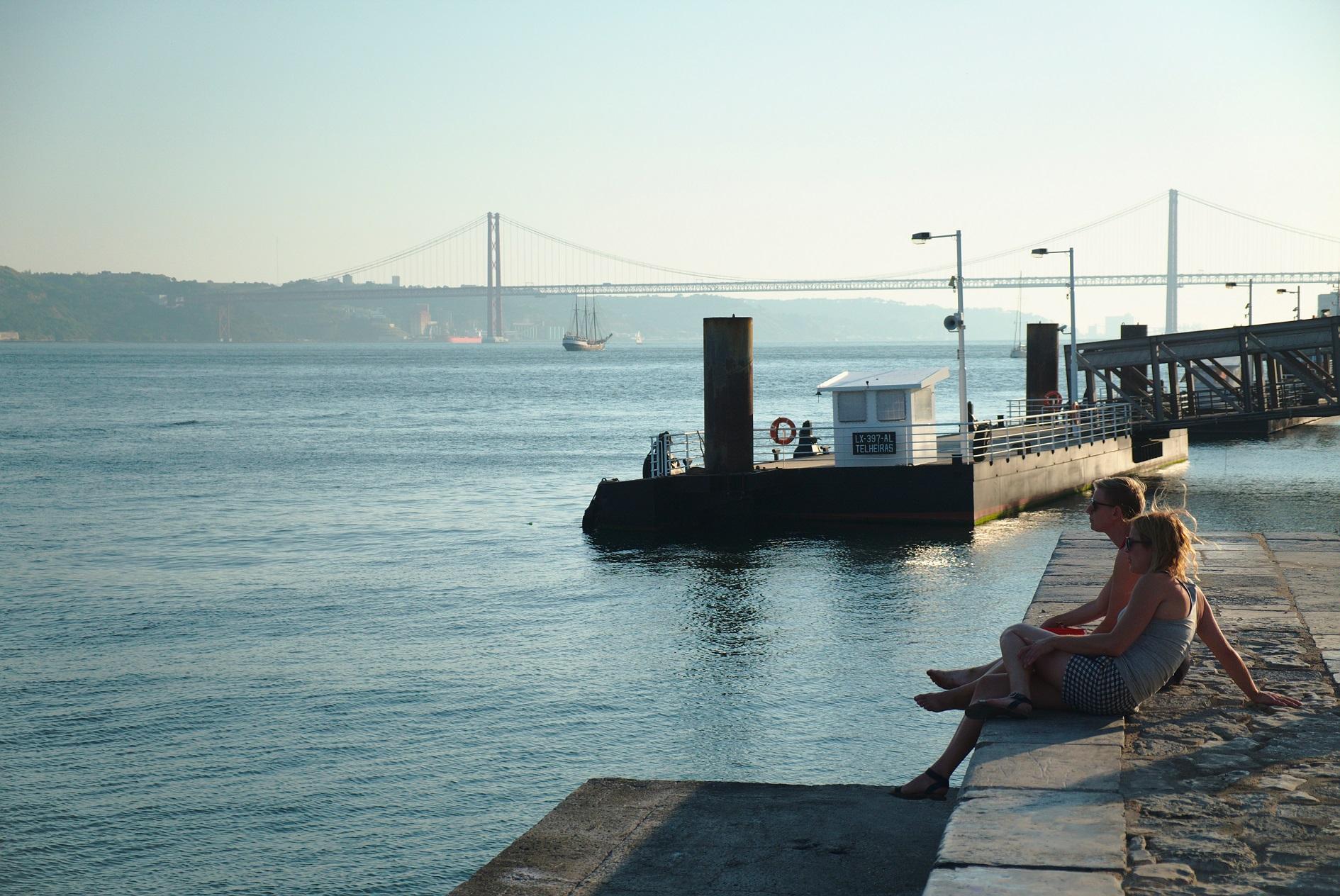 Turistas apreciam a paisagem ás margens do Tejo. Ao fundo a ponte 25 de abril. Foto de João Almeida/DPA