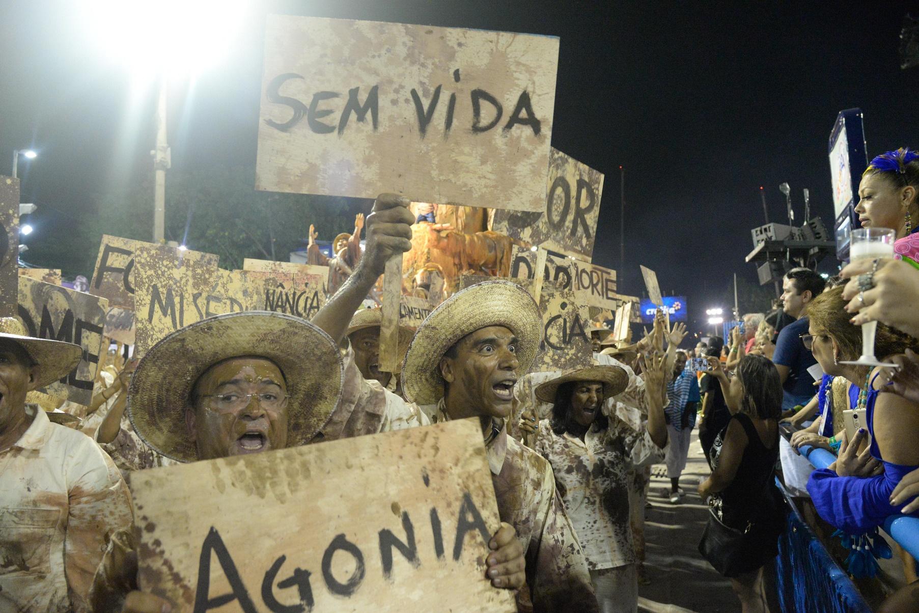 No desfile da Portela, as menções involuntárias ao sofrimento que marcou o segundo dia de festa. Foto de Clever Felix/Brazil Photo Press
