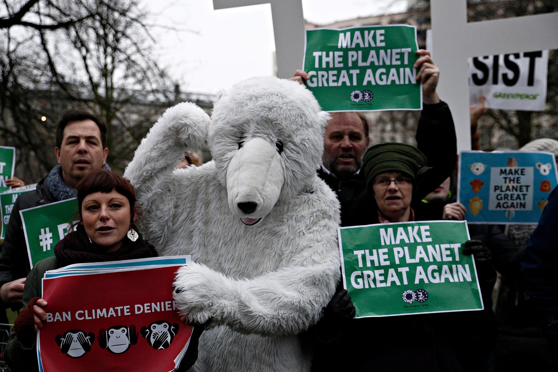 Manifestantes protestam na Bélgica contra a política ambiental dos EUA. Foto de Alexandros Michailidis / SOOC