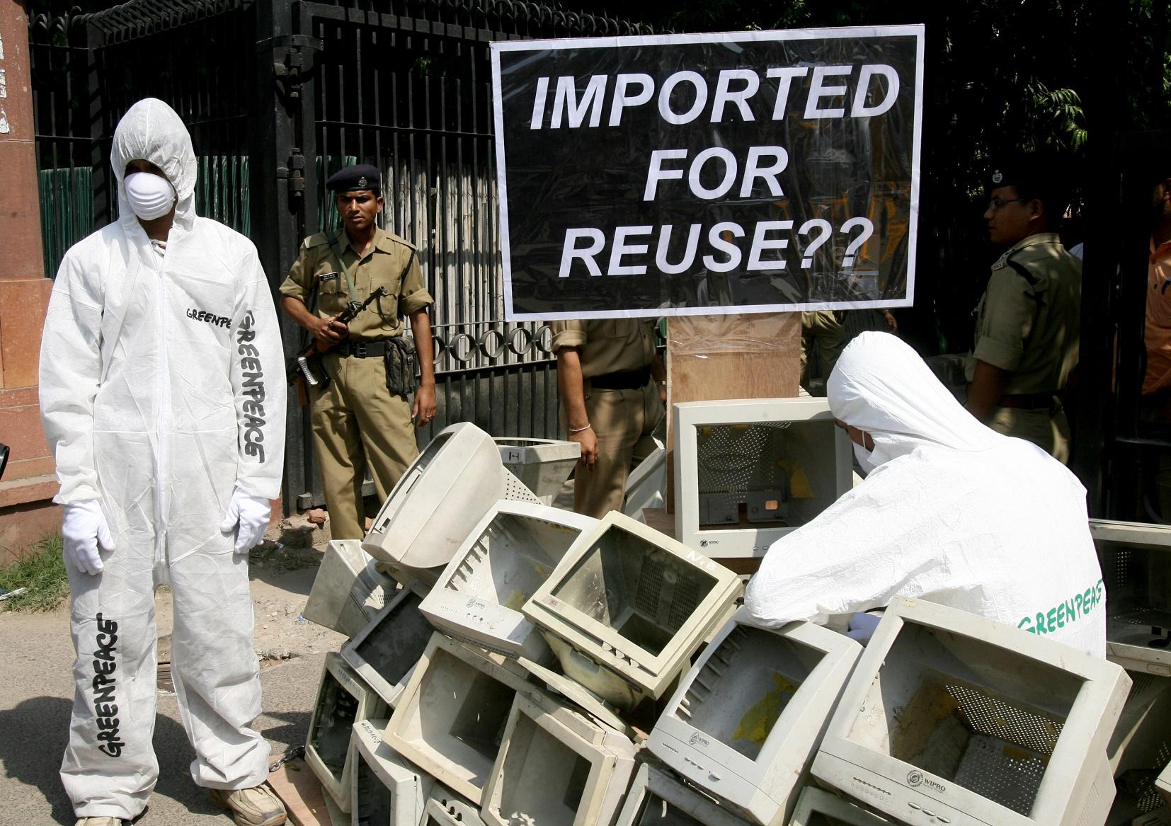 Manifestantes do Greenpeace na Índia, protestam contra a importação de lixo eletrônico. Foto Raveendran/AFP