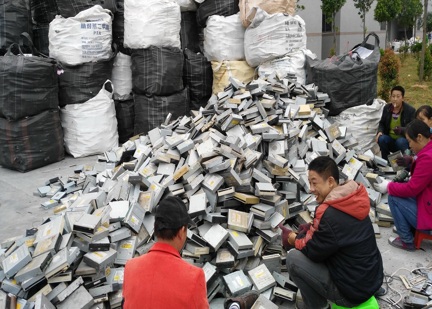 Trabalhadores chineses removem ouro, paládio e cobre das placas de circuitos eletrônicos. Foto Imaginechina