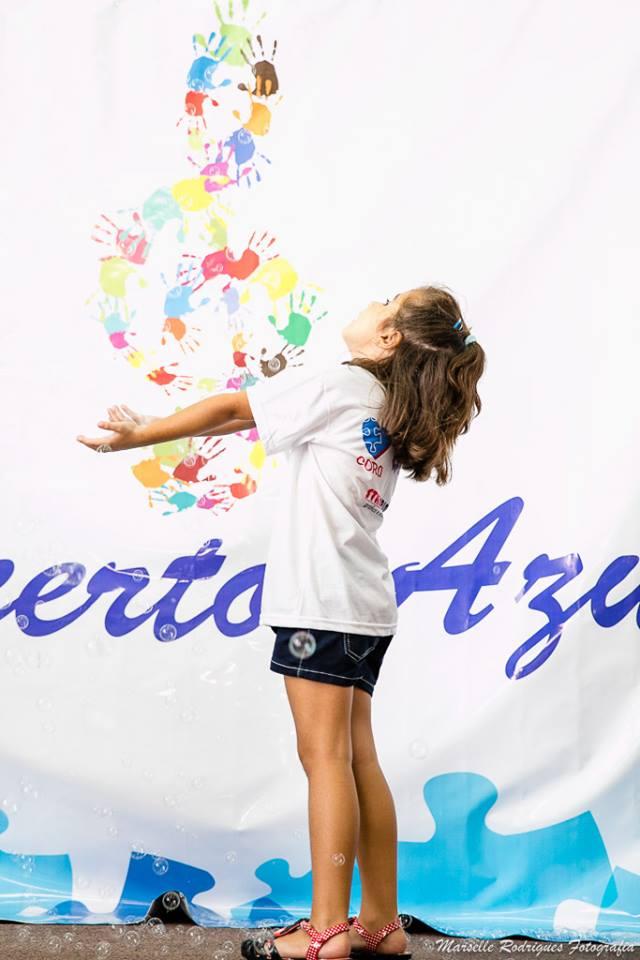 Ana Luiza brinca com as bolinhas de sabão na preparação para o Concerto Azul, que marca o Dia da Conscientização do Autismo (Foto de divulgação)