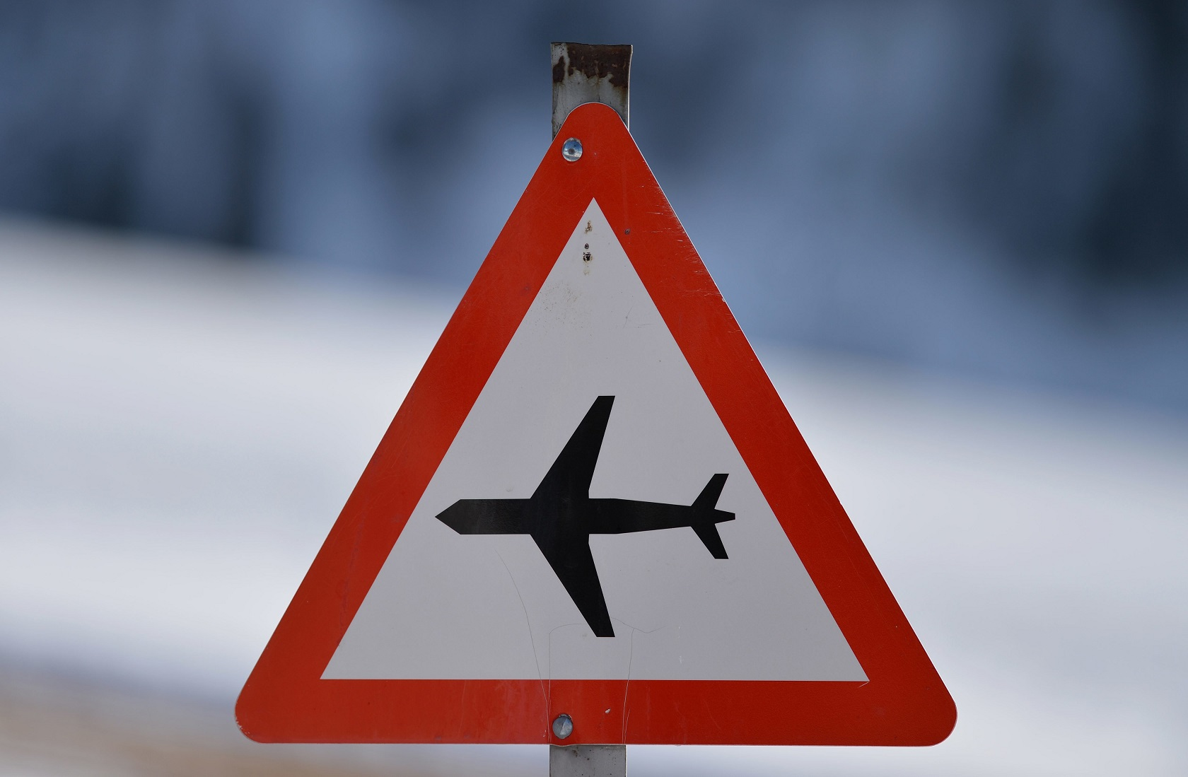 Sinal indicativo de tráfego de aviões, do chuveiro às maxi goiabinhas. Foto Frank May/DPA